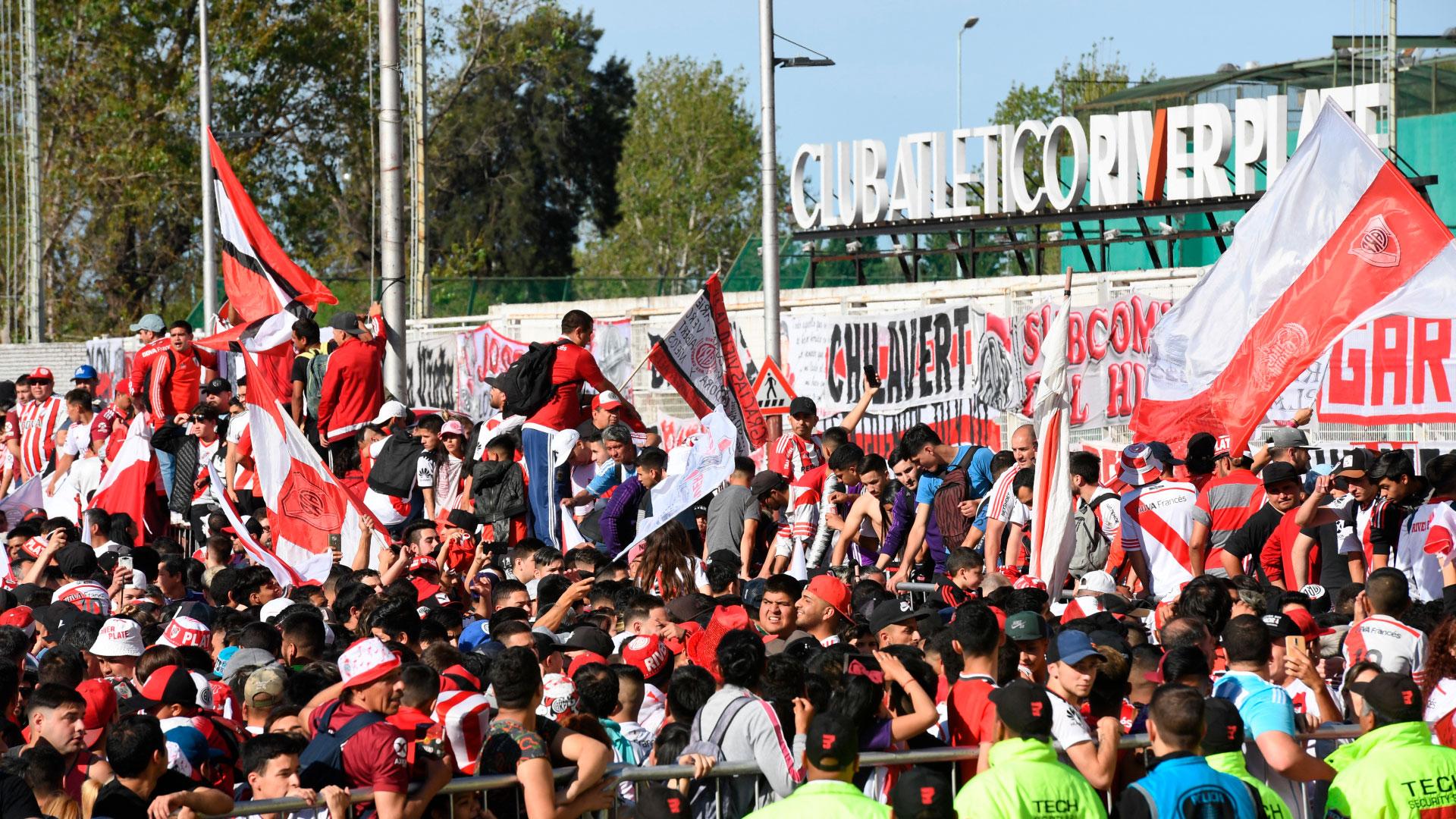 Los jugadores concentraron el lunes por la noche en el Monumental y desde ahí partirán hacia la Bombonera