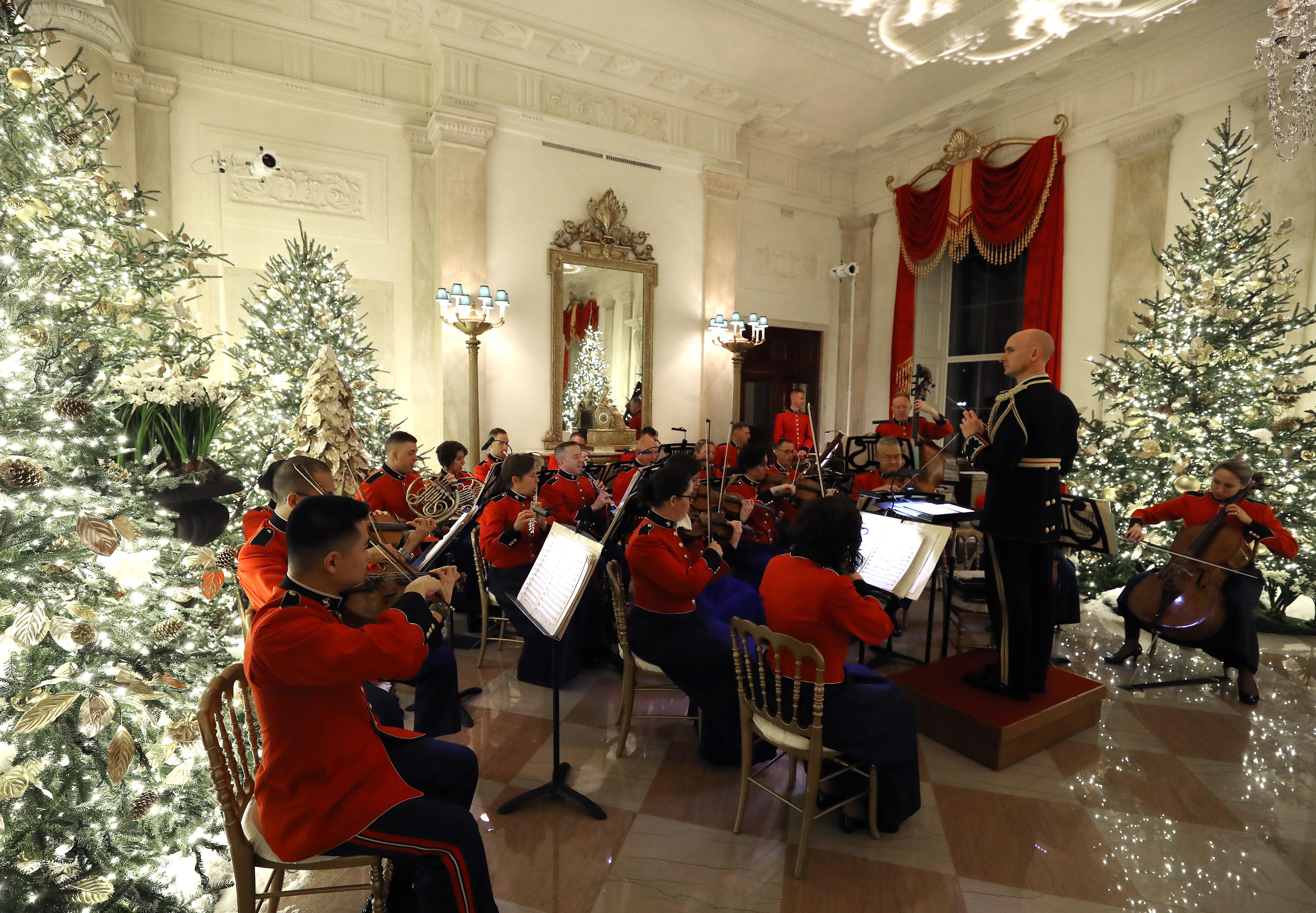 Una banda militar toca música navideña en el Gran Vestíbulo de la Casa Blanca el 2 de diciembre de 2019 en Washington, DC. Mark Wilson / Getty Images / AFP