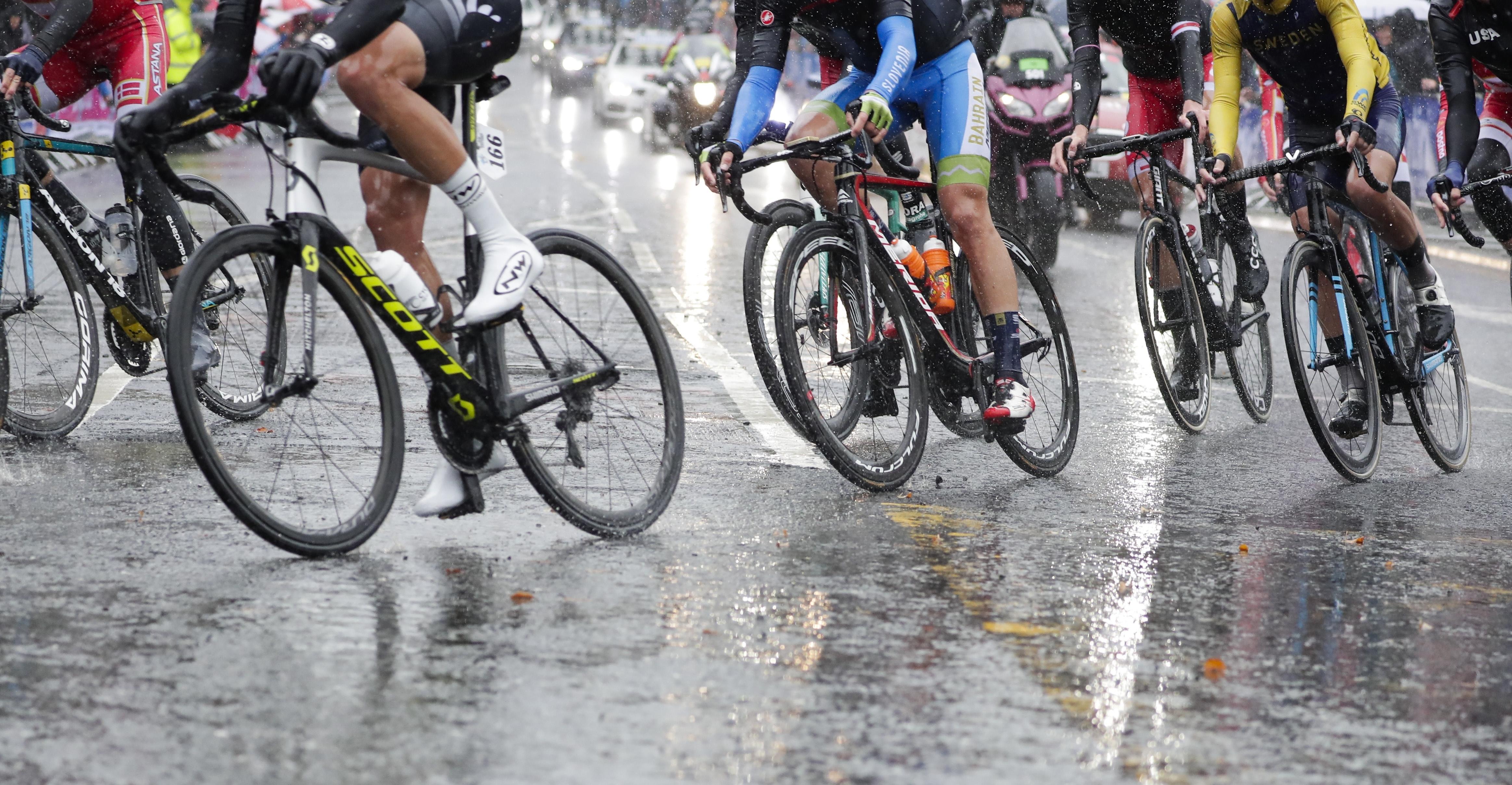 Las duras condiciones climáticas, con lluvia durante todo el día, no sólo provocaron el recorte del kilometraje de la prueba, sino que endureció de tal manera la carrera que muchos de los grandes favoritos al título tuvieron que retirarse