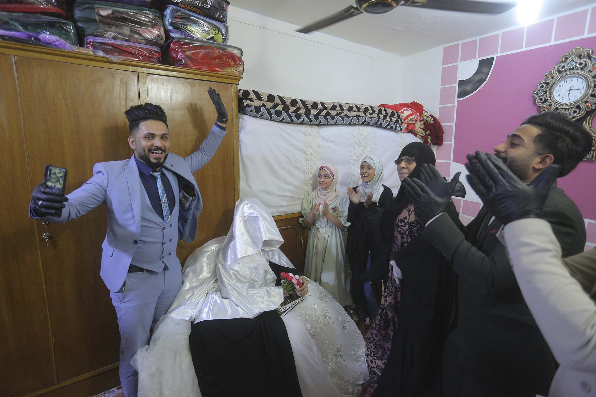 Ahmed Khaled al-Kaabi y su prometida Ruqaya Rahim celebran su boda en Najaf, Irak (AP Photo/Anmar Khalil)