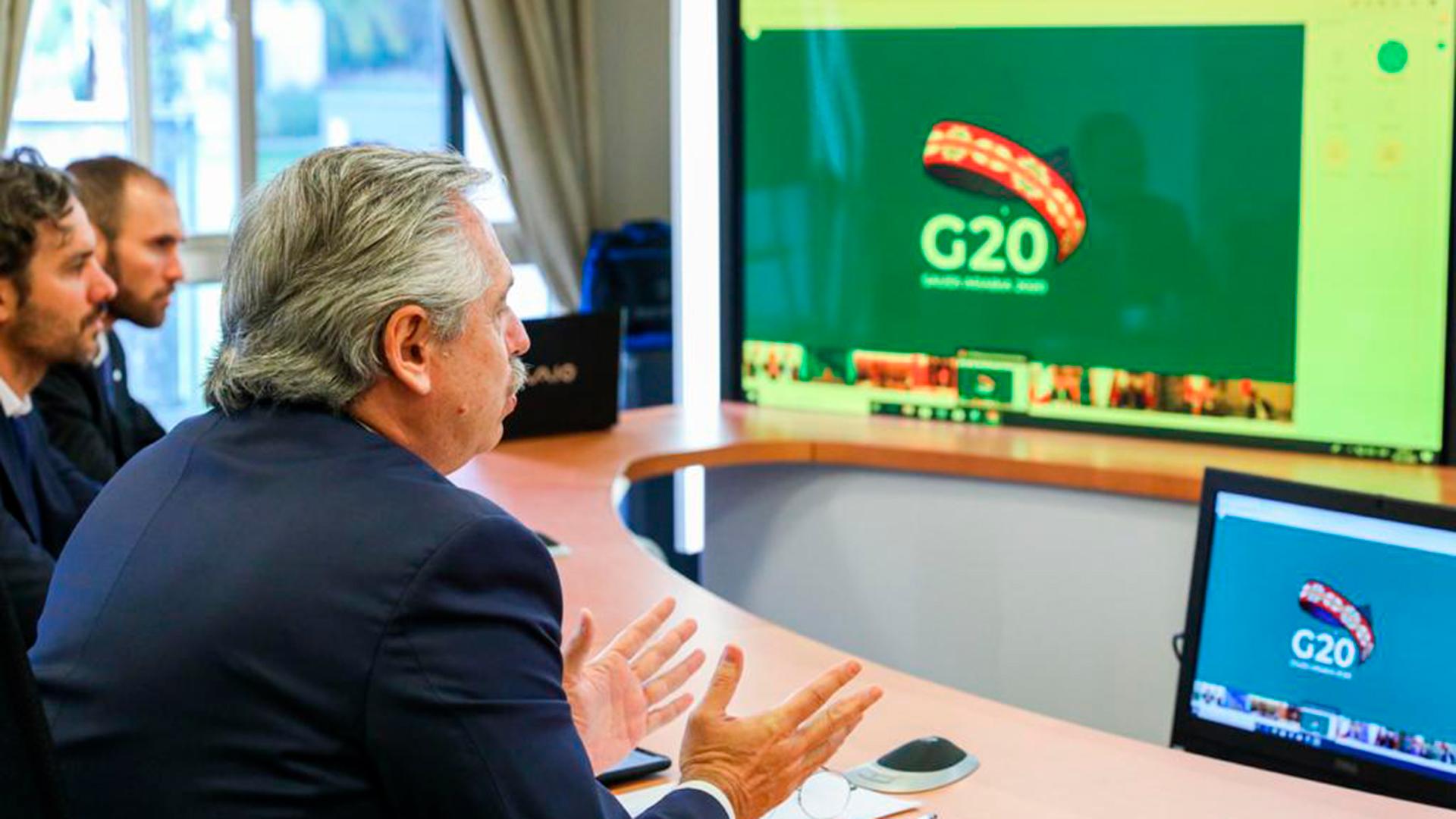 El Presidente argentino dialoga por videoconferencia con los presidentes y jefes de Estado del G20, desde la Quinta de Olivos. La pandemia afectó las relaciones personal y también las internacionales. La política exterior de los países, subsumida a la pandemia y sus dramáticas consecuencias sanitarias y económicas.
