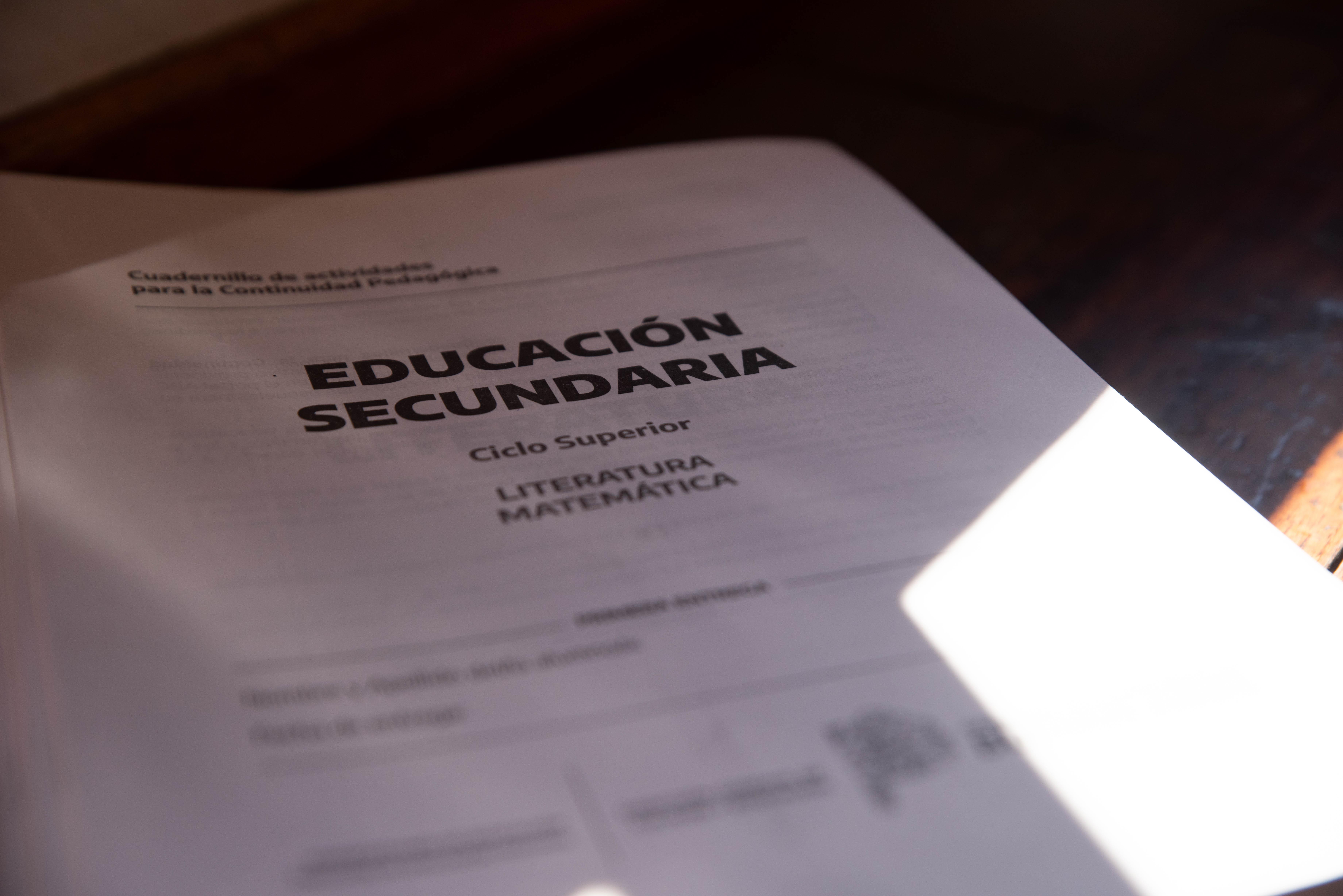 El gobierno entregó un cuadernillo con actividades de las materias Matemática y Prácticas del Lenguaje para los chicos de 4°, 5° y 6° año de las escuelas secundarias.