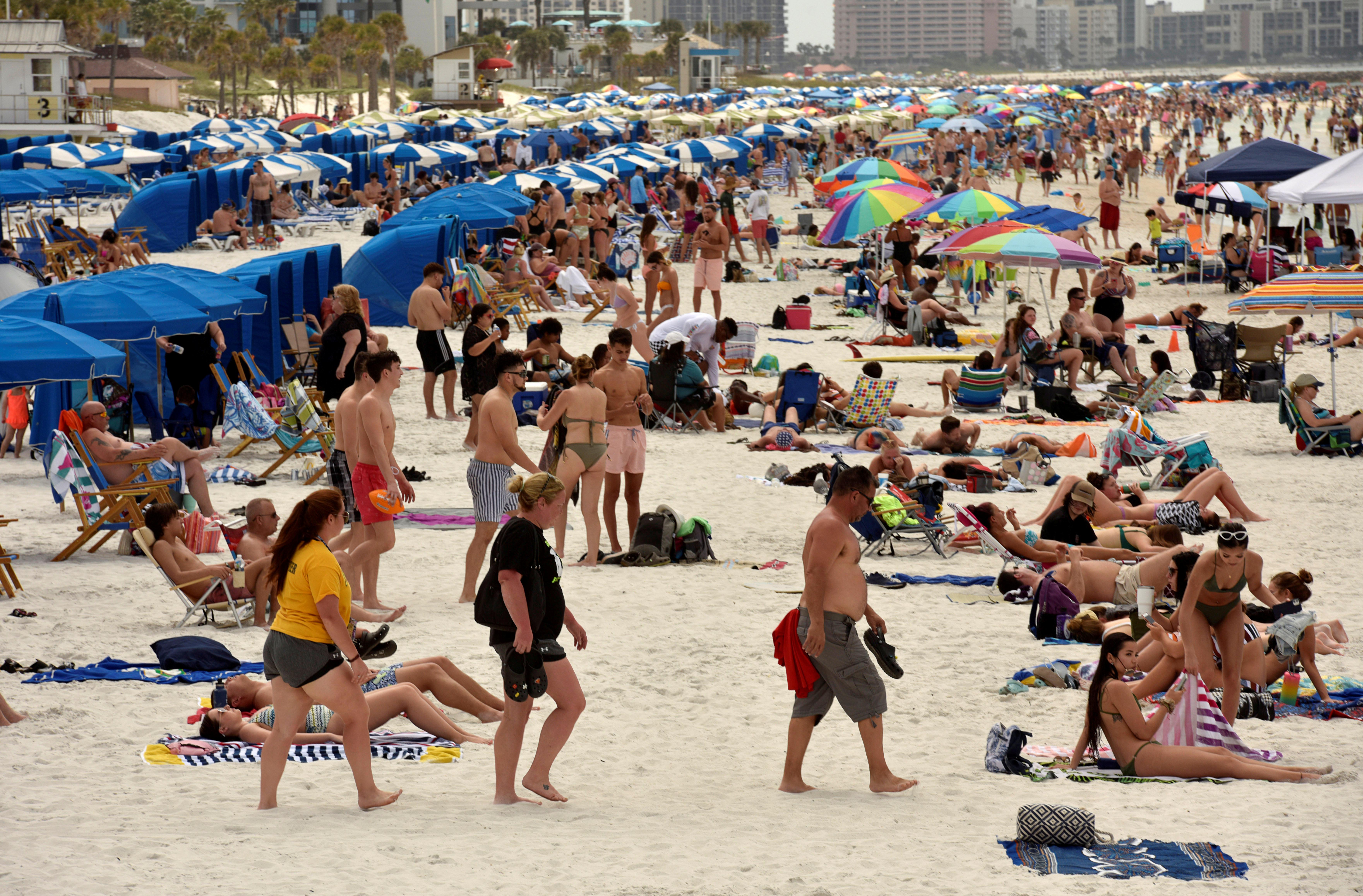 Miles de personas en una playa de Clearwater (Reuters)