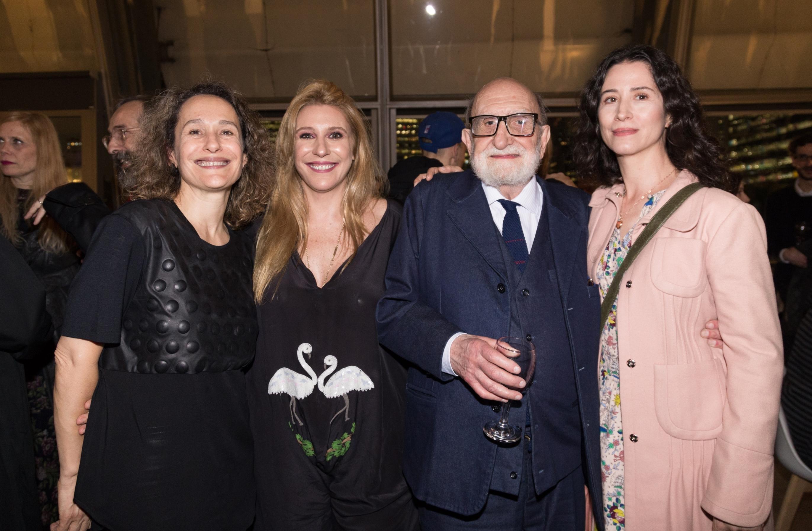 Amalia Amoedo, presidente del Consejo de Administración de arteBA, junto a la curadora Florencia Battiti; el artista plástico Yuyo Noé y Tristana Macció, hija de Rómulo Macció (fallecido en 2016), durante la inauguración de la muestra