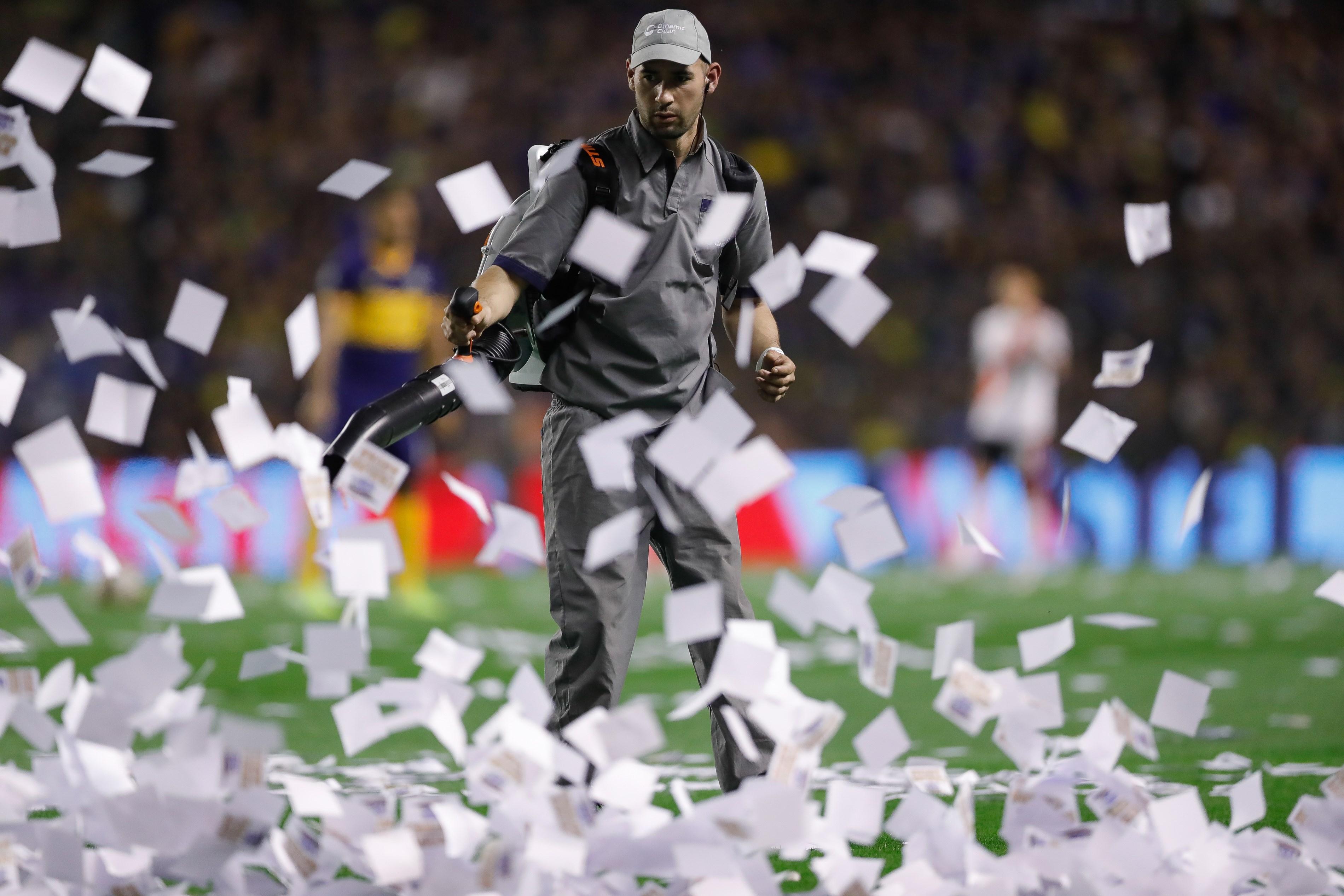 El inicio del partido se demoró más de 15 minutos por la cantidad de papelitos dentro del campo de juego