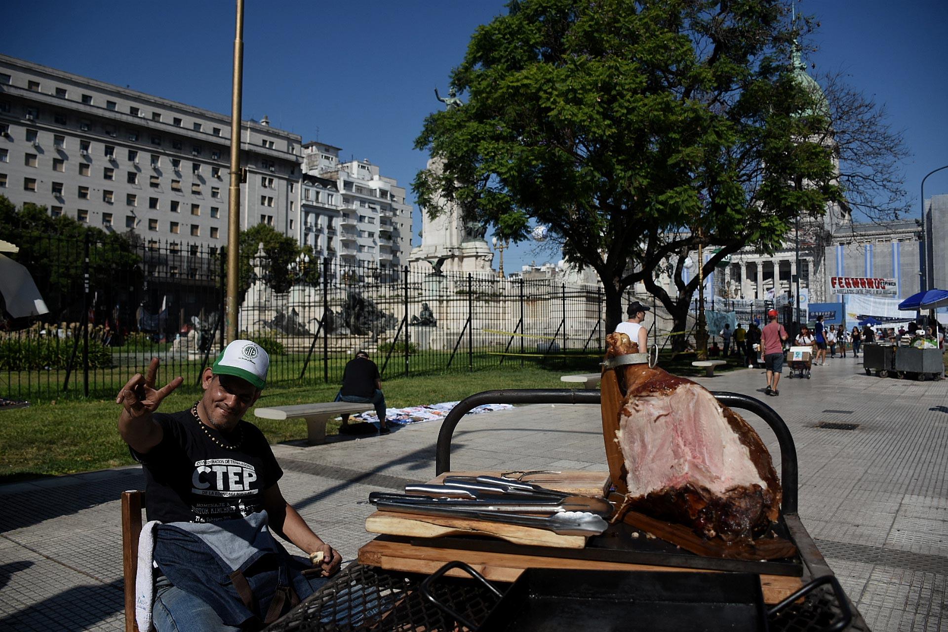 A partir de las diez de la mañana, militantes kirchneristas comenzaron a llegar a la Plaza del Congreso para seguir el discurso de Alberto Fernández y apoyar al gobierno nacional