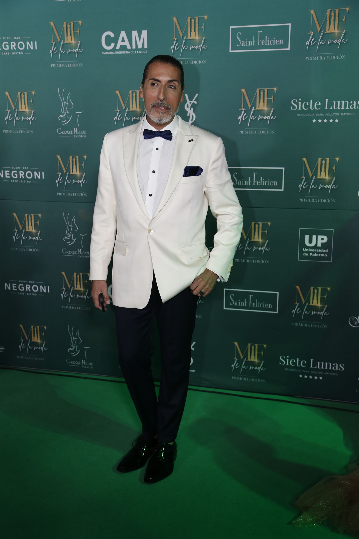 Cesar Jurisich, nominado a mejor crítico de moda y a mejor panelista masculino, con un smoking de saco blanco impoluto pantalones de vestir negros (Nicolás Aboaf)