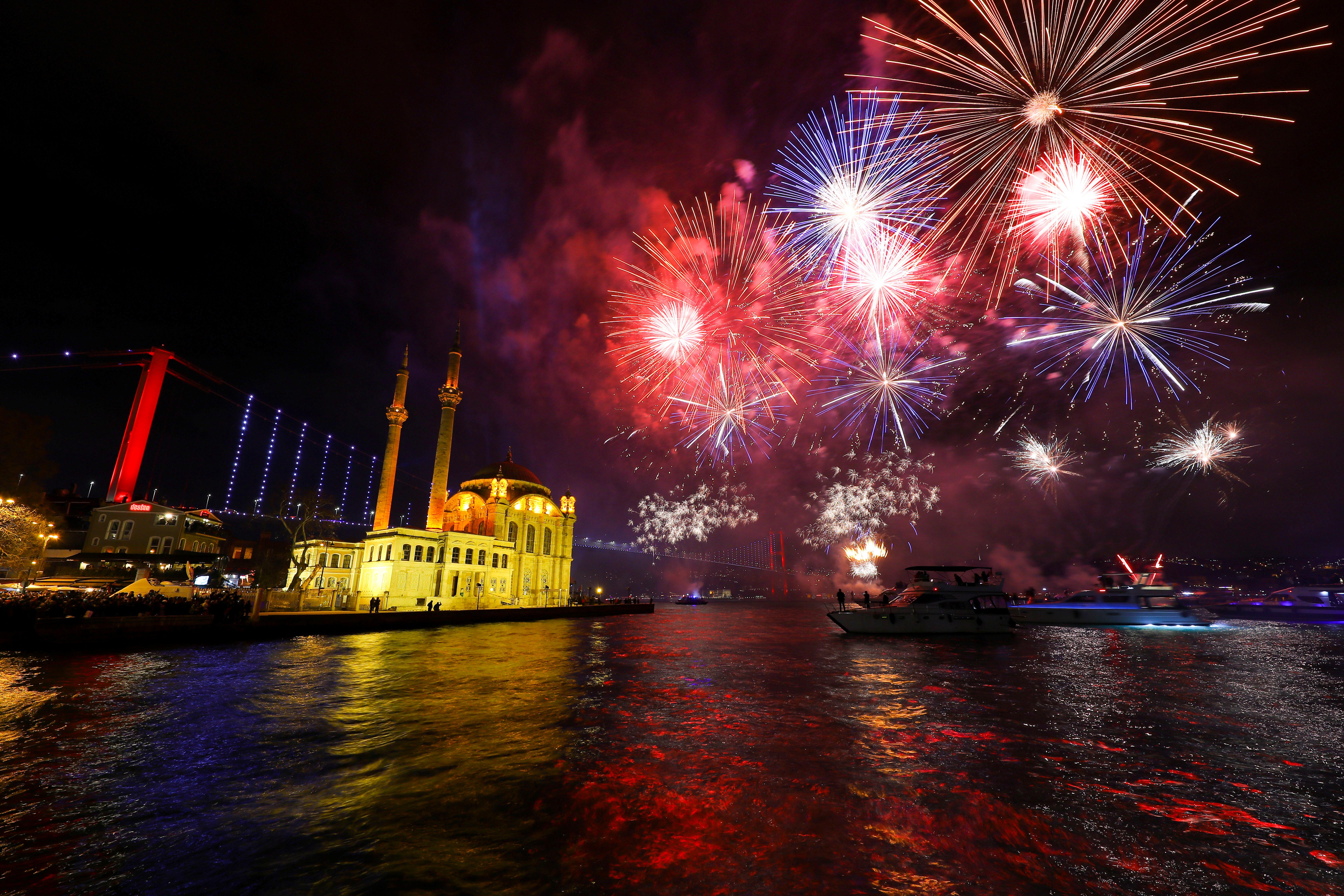 Festejos en El Bósforo, el estrecho de Estambul, Turquía, el 1 de enero de 2020 (REUTERS/Huseyin Aldemir)