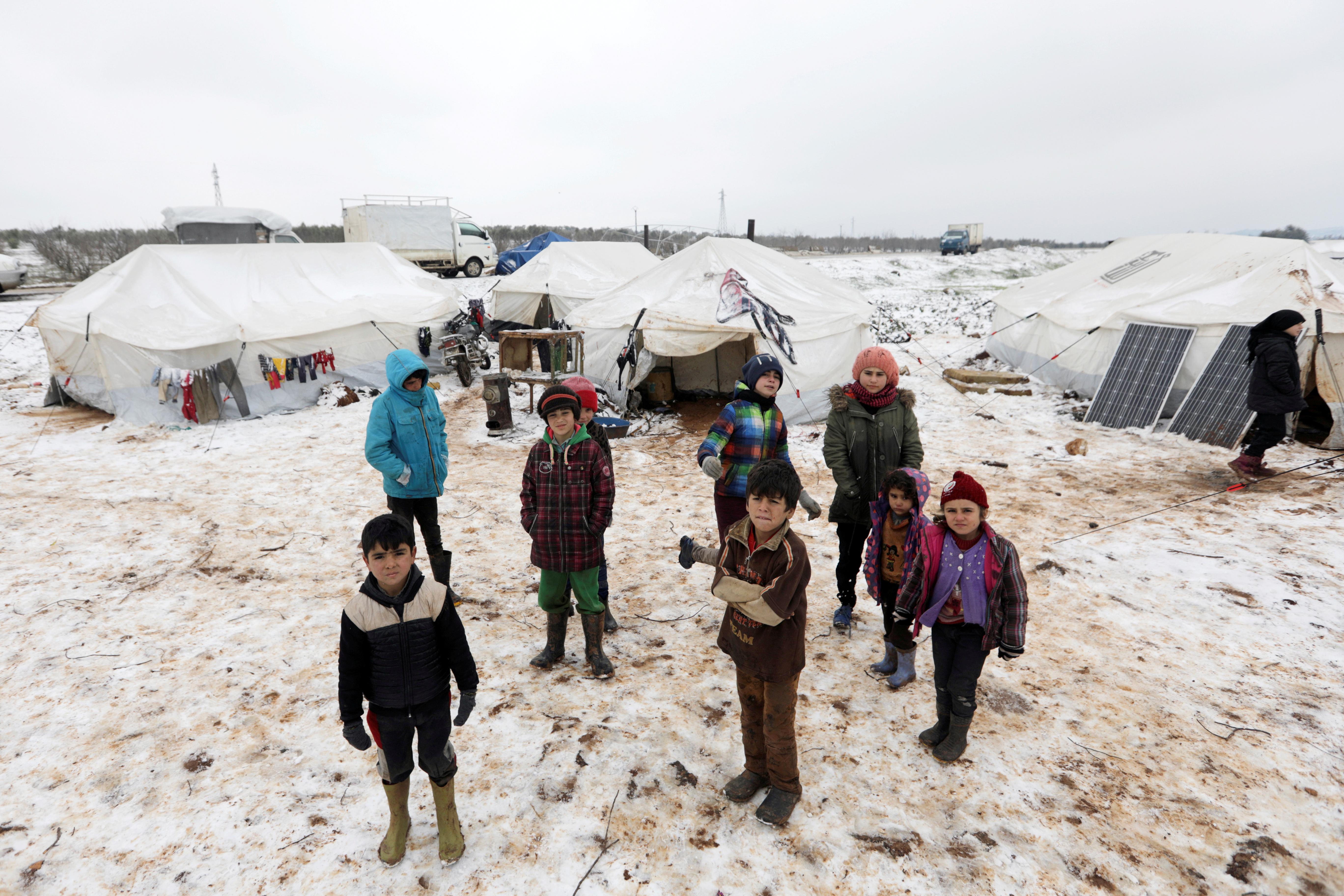 Niños en un campo de desplazados improvisado en Azaz