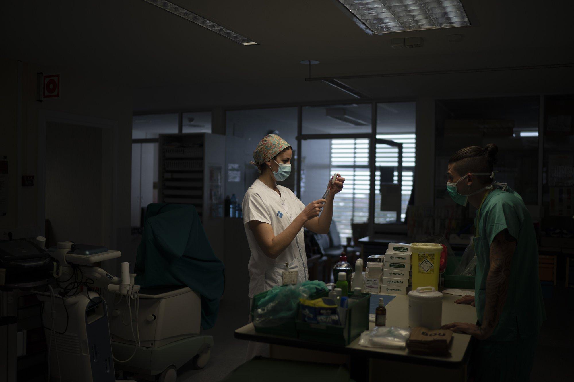 Una enfermera prepara una dosis de medicamento para un paciente con coronavirus COVID-19 en el Hospital GErmans Trias i Pujol en Badalona, Barcelona (AP Photo/Felipe Dana)