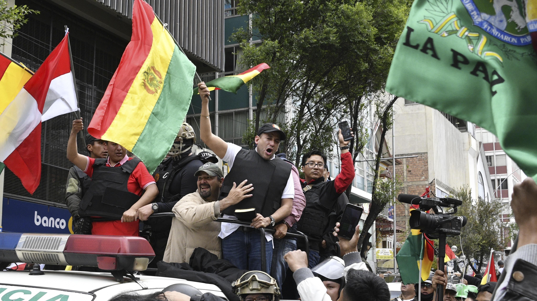 Luis Fernando Camacho flamea la bandera boliviana