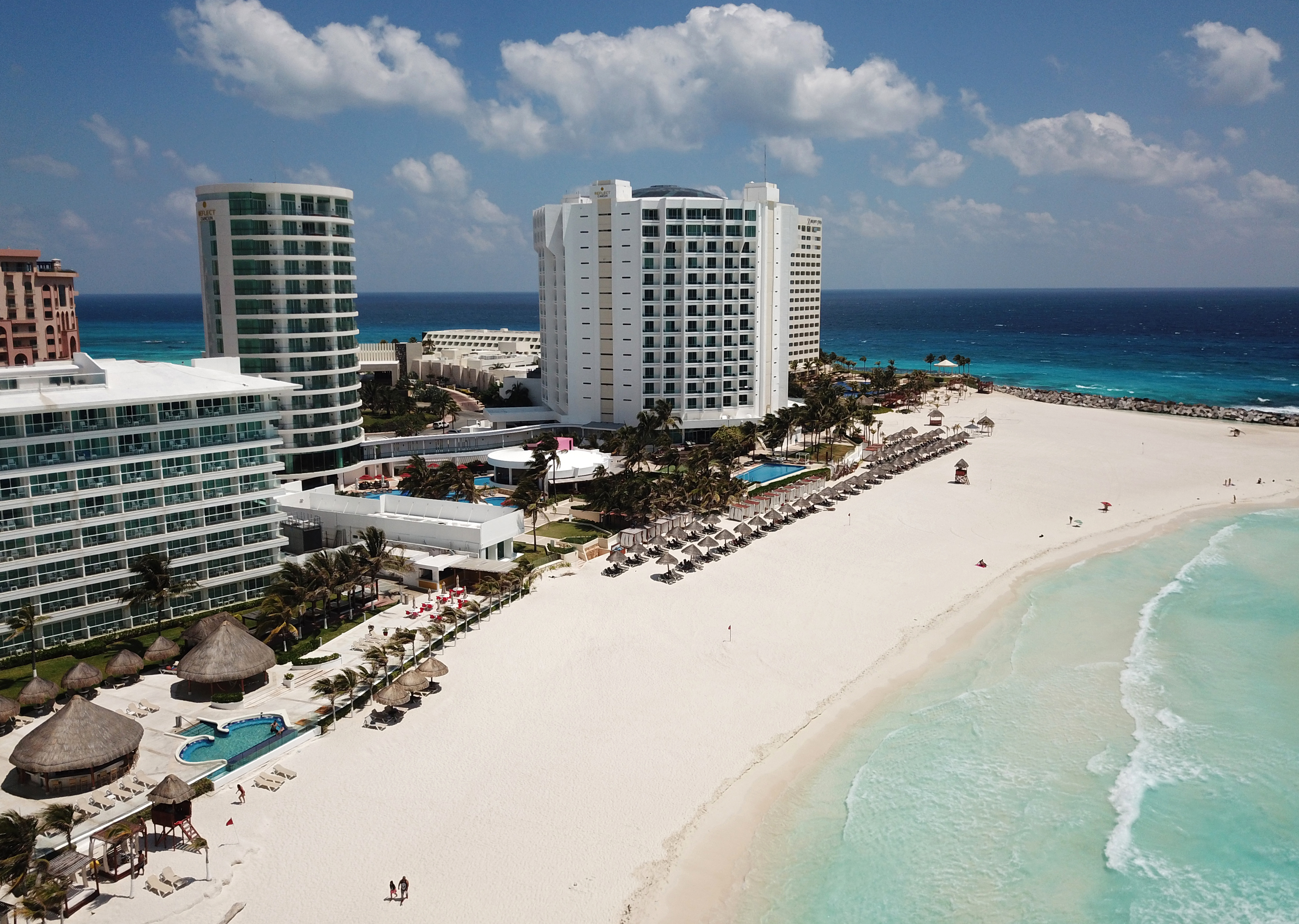 Vista aérea de una playa casi vacía en Cancún, estado de Quintana Roo, México, el 28 de marzo de 2020.