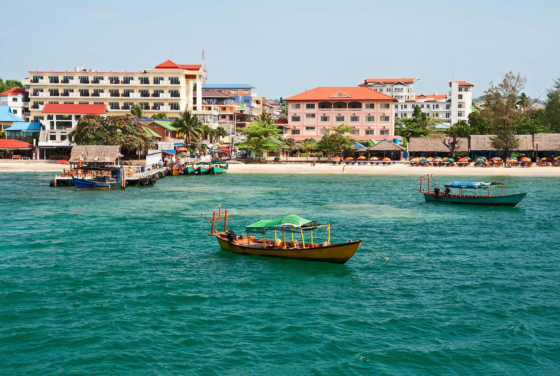 Sihanoukville es la versión camboyana de la diversión al sol. Nadar en las cálidas aguas del Golfo de Tailandia, dormir en las arenas blancas, visitar las islas cercanas, comer mariscos bajo chozas con techo de paja y beber en los bares de Weather Station Hill, son algunas de las atracciones más interesantes