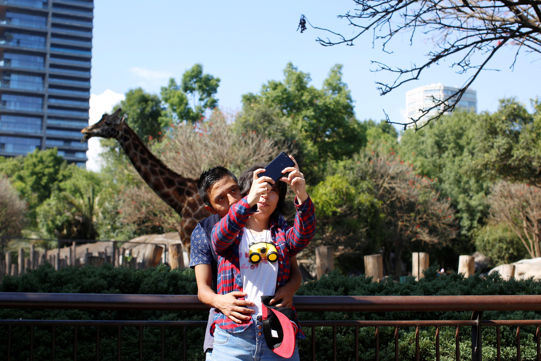 Los visitantes se toman una selfie en el parque Chapultepec mientras continúa el brote de la enfermedad por coronavirus (COVID-19), en la Ciudad de México, México, el 22 de marzo de 2020.