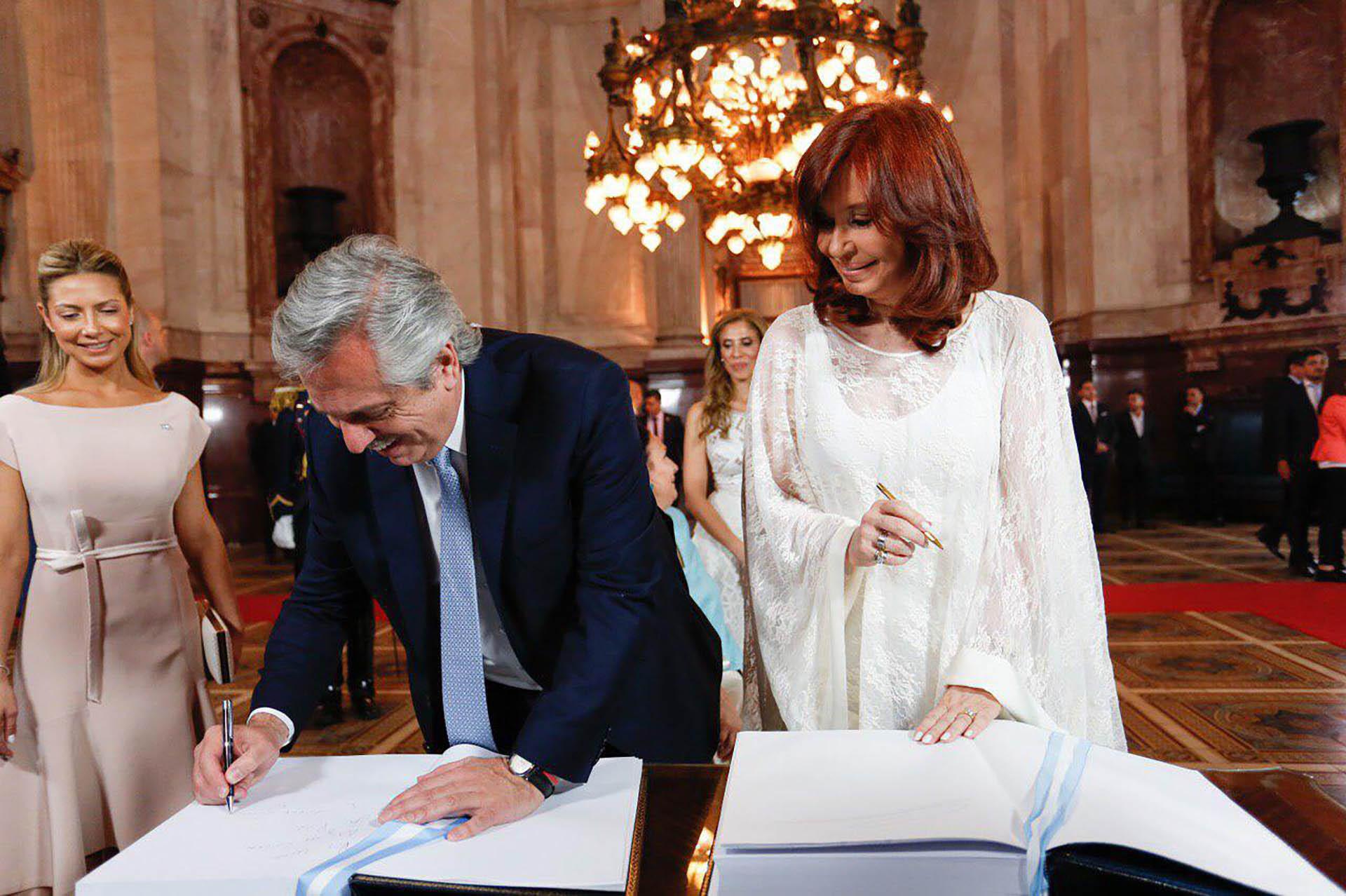 El presidente Alberto Fernández firma el libro de actas, antes de prestar juramento ante la Asamblea Argentina