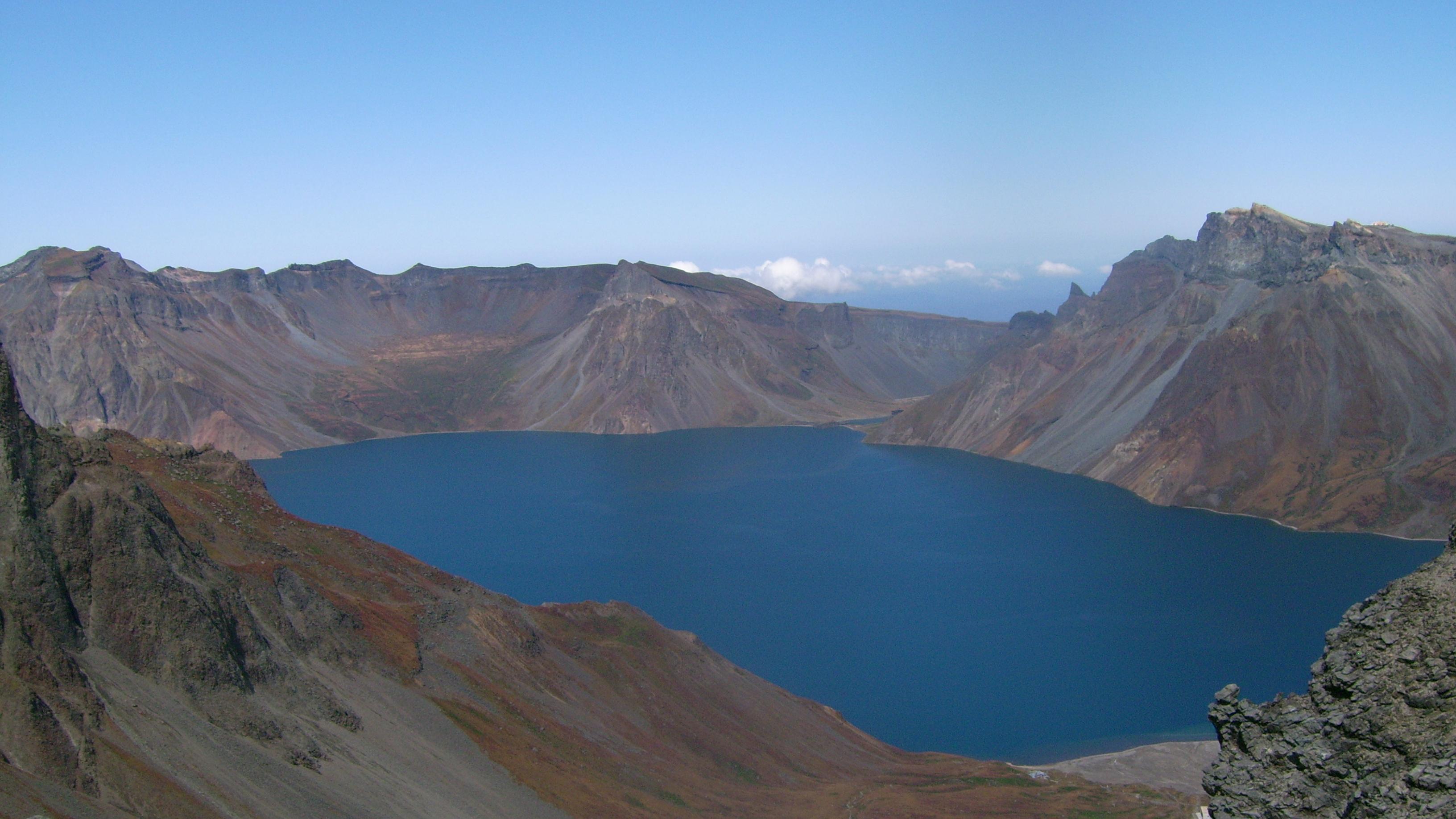 El monte Paektu, también conocido como montaña Changbai en China, es una montaña volcánica localizada en la frontera entre Corea del Norte y China