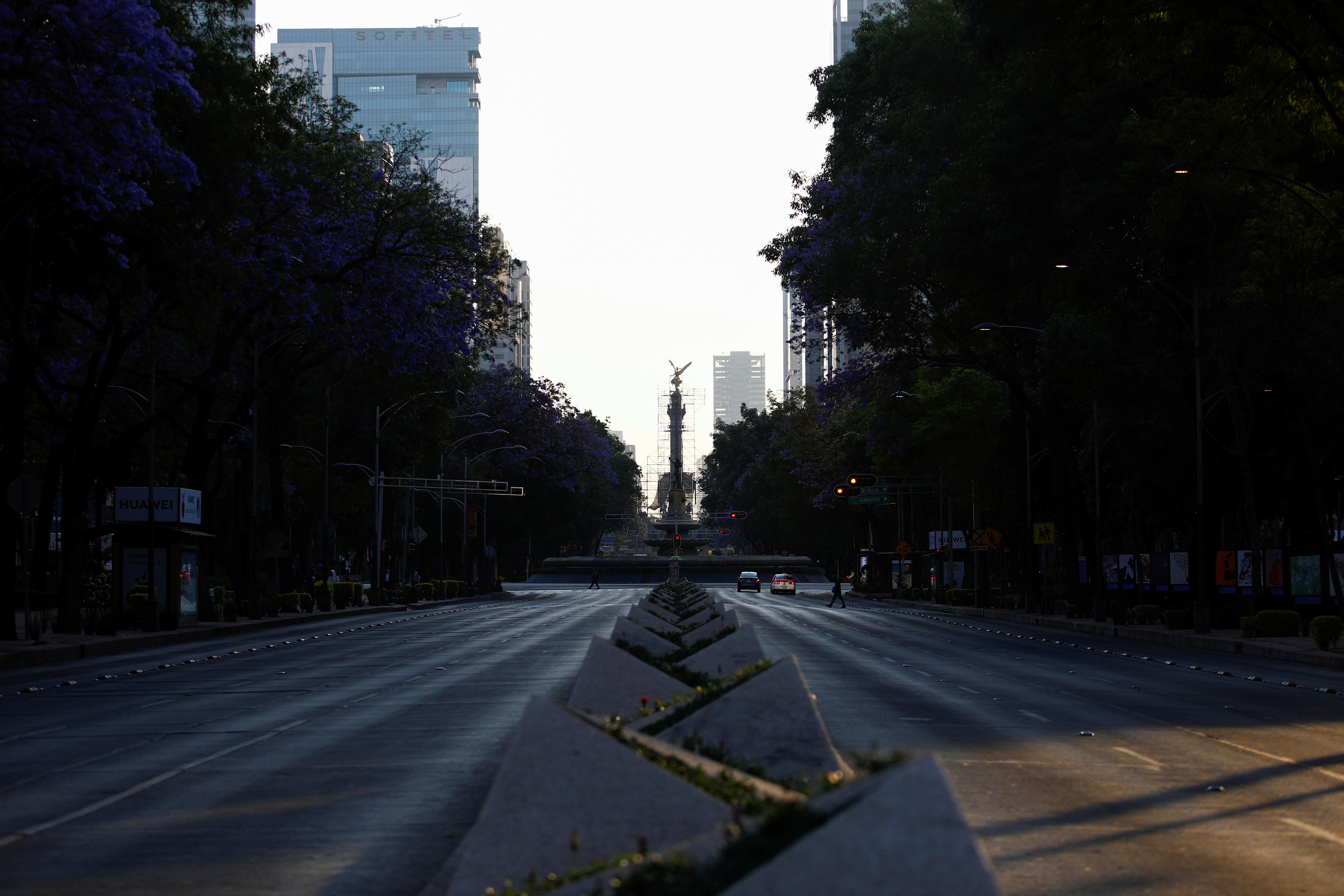 La avenida Reforma casi vacía después de que México declaró emergencia de salud y emitió reglas más estrictas destinadas a contener la enfermedad por coronavirus (COVID-19), en la Ciudad de México, México, 31 de marzo de 2020.