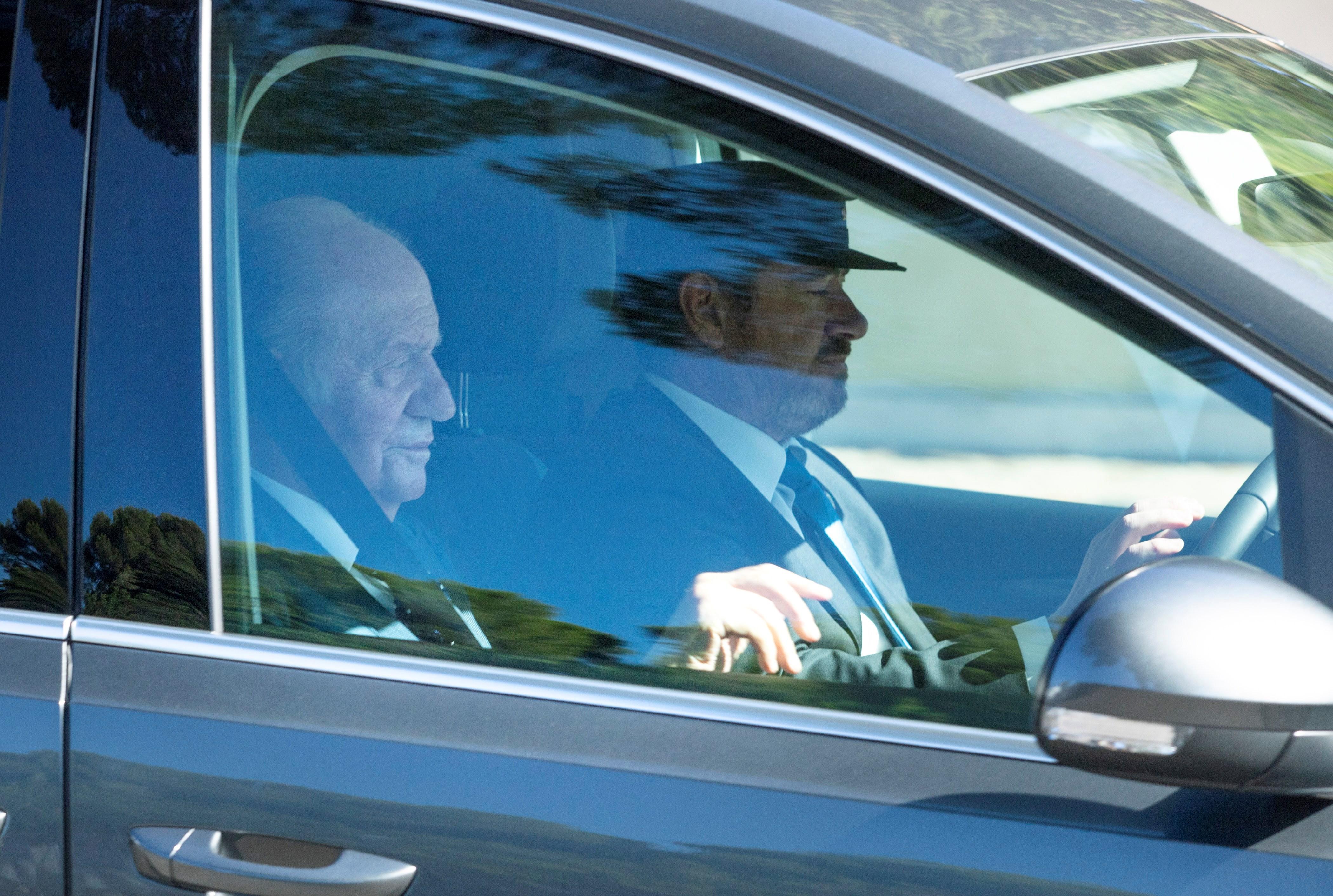 El rey Juan Carlos, invitado a la boda de Rafa Nadal y Mery Perelló, a su llegada en coche a Sa Fortalesa, la finca situada en la península de Punta Avançada, en Pollença, al norte de Mallorca, a la que no se puede acceder sin permiso. EFE/ Lliteres