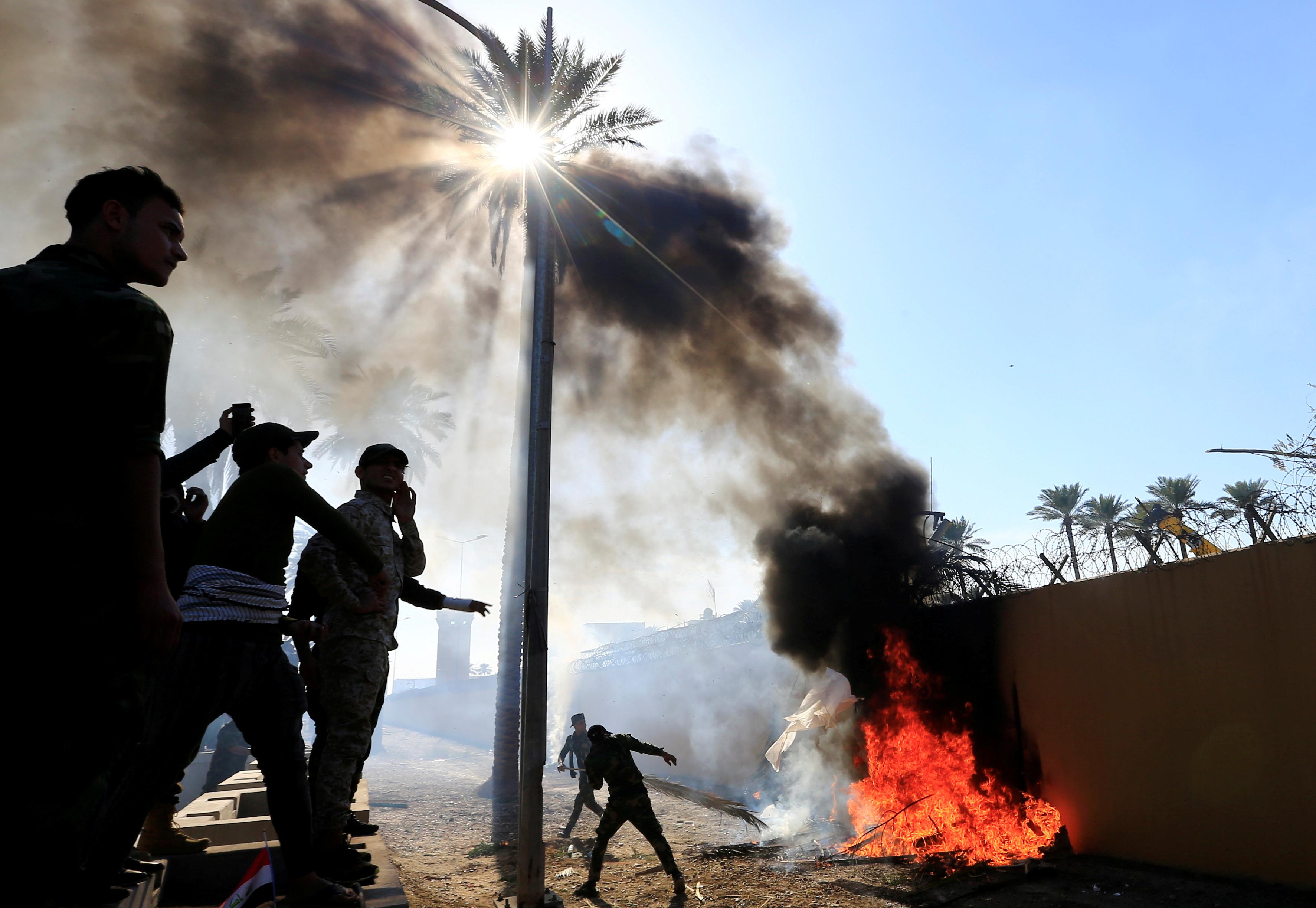Paramilitares proiraníes buscan encender fuego dentro de la embajada