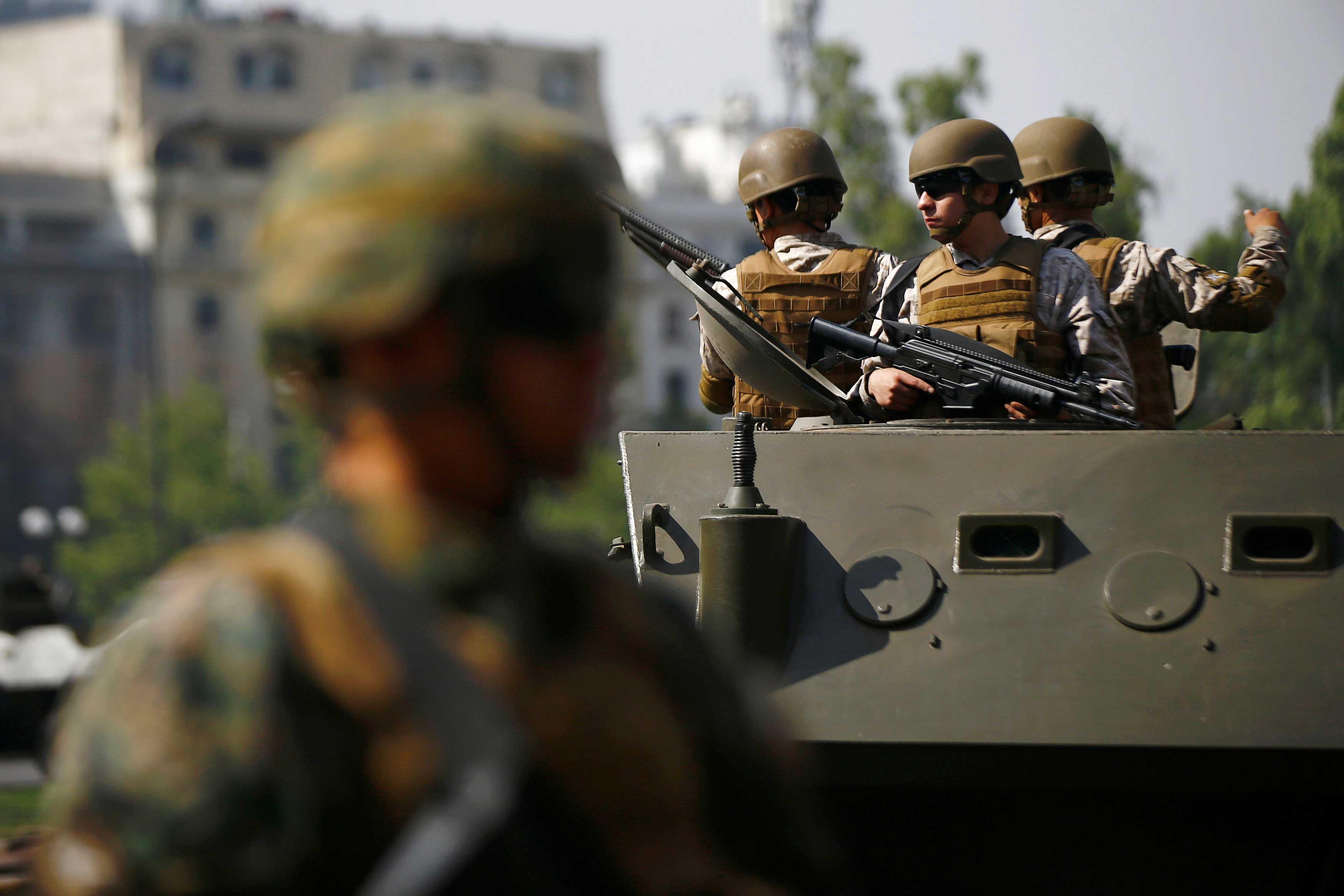 Cientos de militares entraron a las calles de Santiago después de que se decretó un toque de queda.