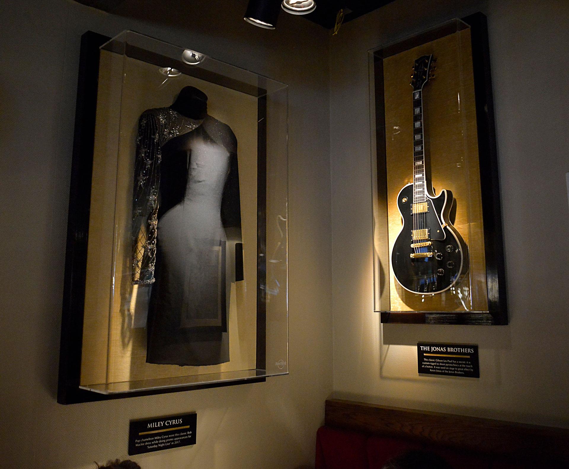En todo el local, se pueden encontrar importantes objetos e imágenes que remiten al rock, como guitarras y vestuarios de artistas nacionales e internacionales de este género, como una campera de cuero de Elvis Presley y la chaqueta de Prince usada en Purple Rain, entre muchos otros /// Fotos: Gustavo Gavotti