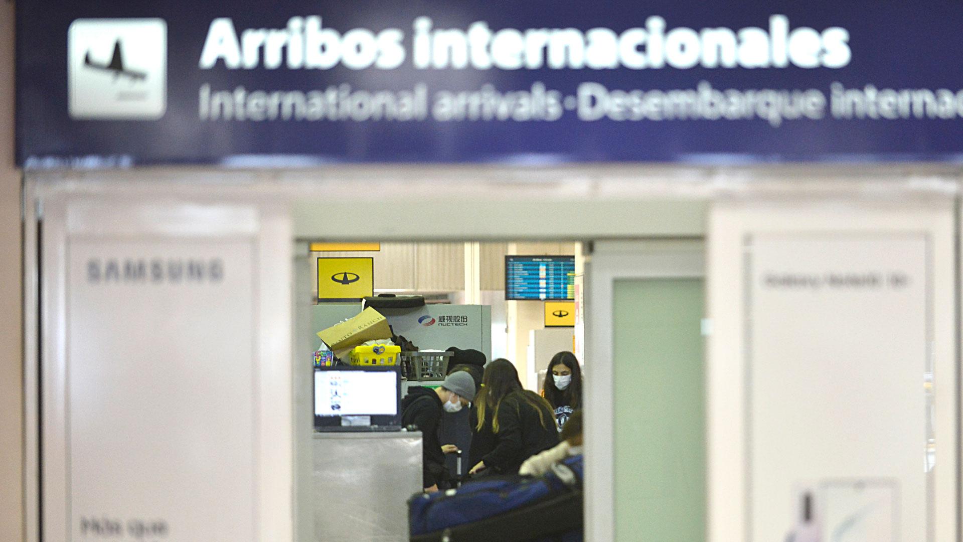 Una vez descendidos del avión, tuvieron que caminar por la pista para subirse a un micros que los estaban esperando para ir hasta migraciones y luego retirar el equipaje en el sector de las cintas