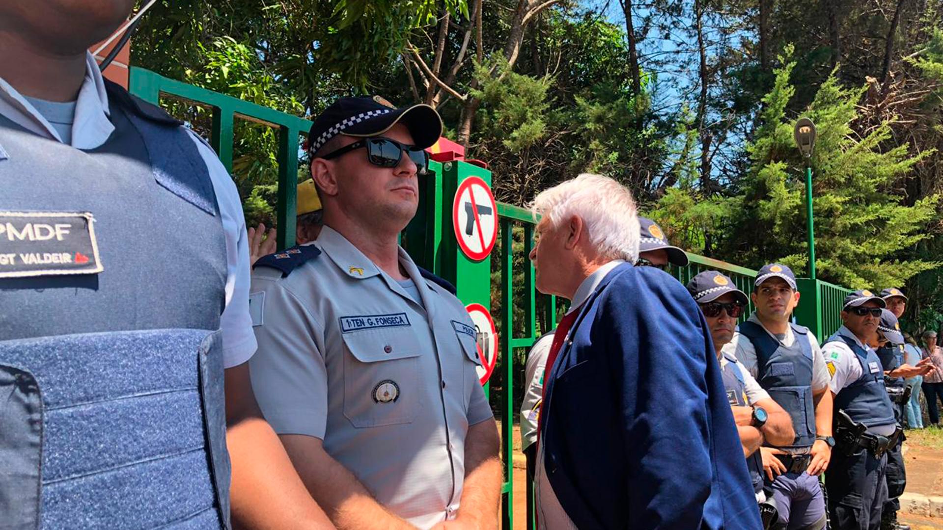 Policías militares custodian la puerta de la embajada