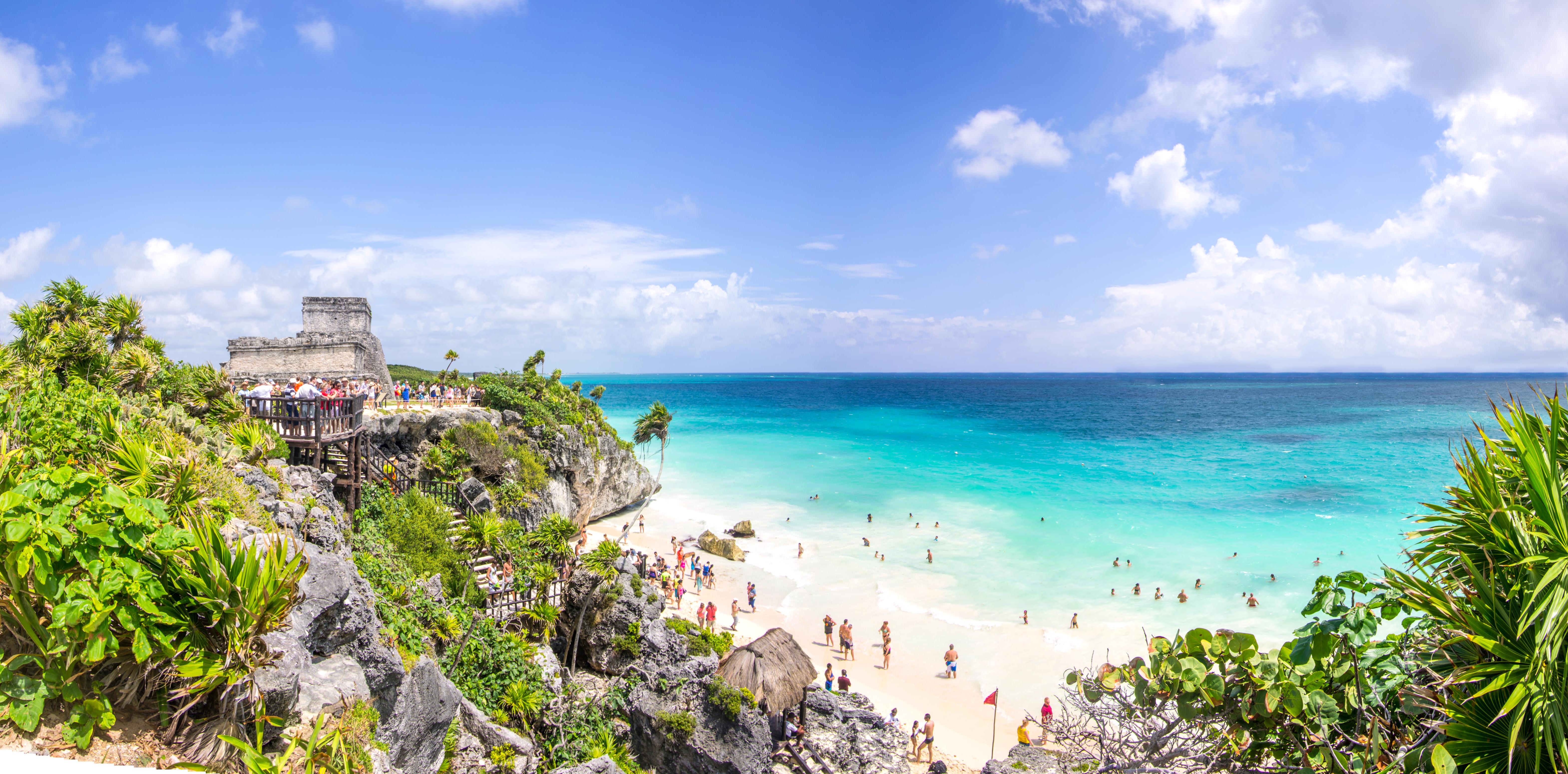 Aquí, las antiguas ruinas mayas coronan los acantilados costeros, y hay kilómetros de playas blancas y suaves respaldadas por resorts y hoteles boutique instagrameables