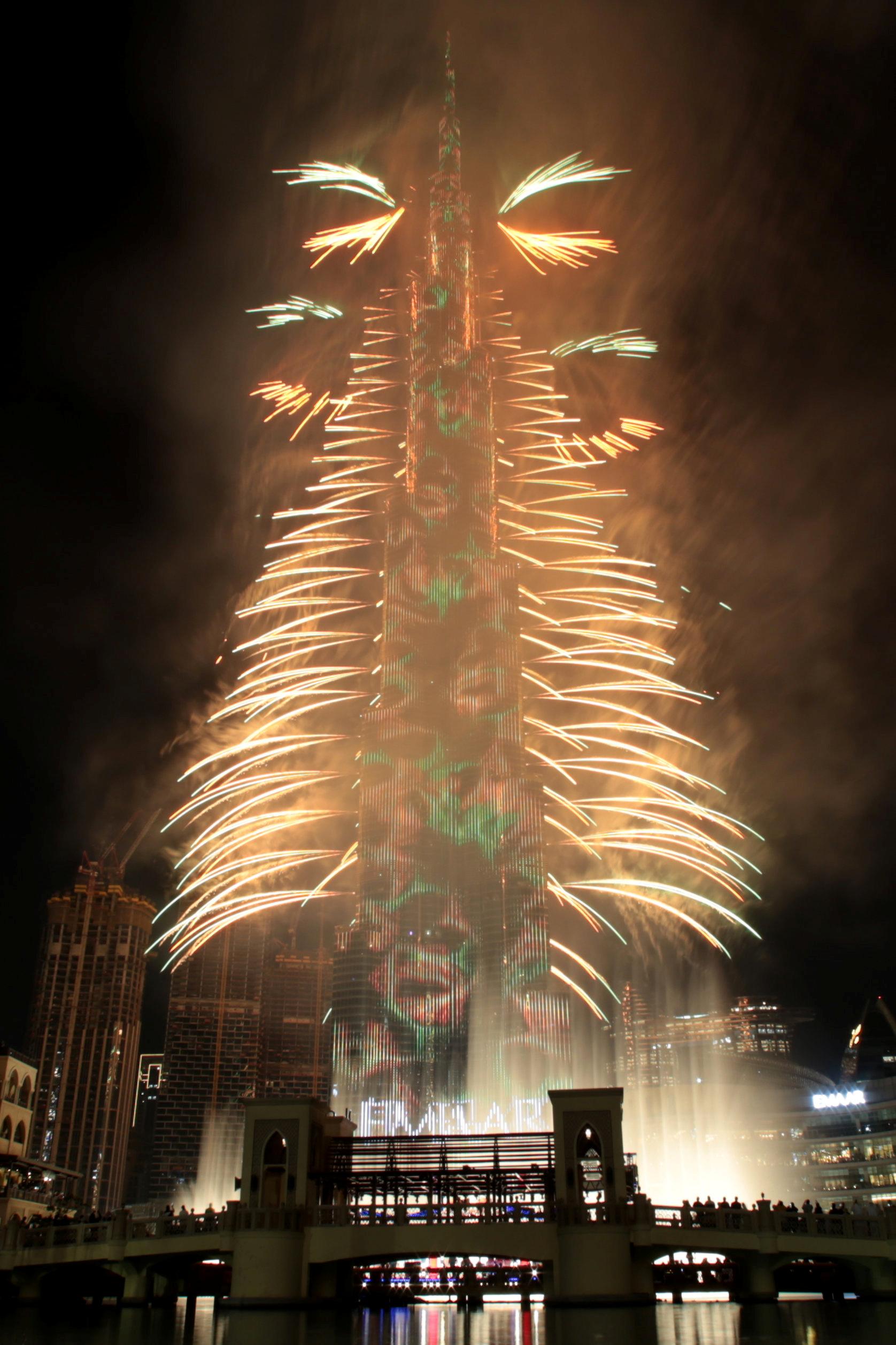 El rascacielos Burj Khalifa, el edificio más alto del mundo, cubierto de luces durante las celebraciones de Año Nuevo en Dubai (REUTERS/Christopher Pike)