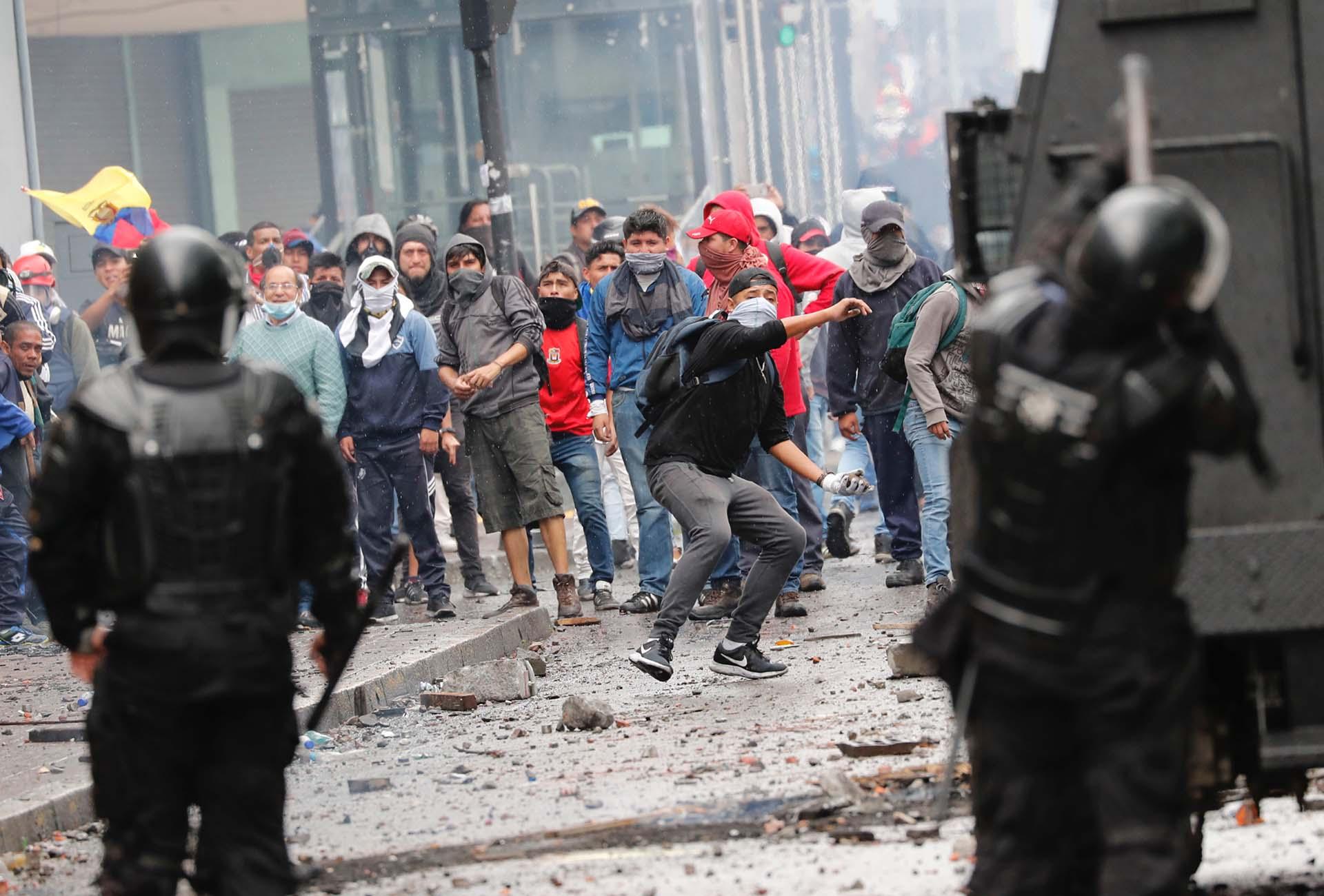 Los jóvenes lanzaron piedras contra las fuerzas de seguridad (AP Photo/Dolores Ochoa)