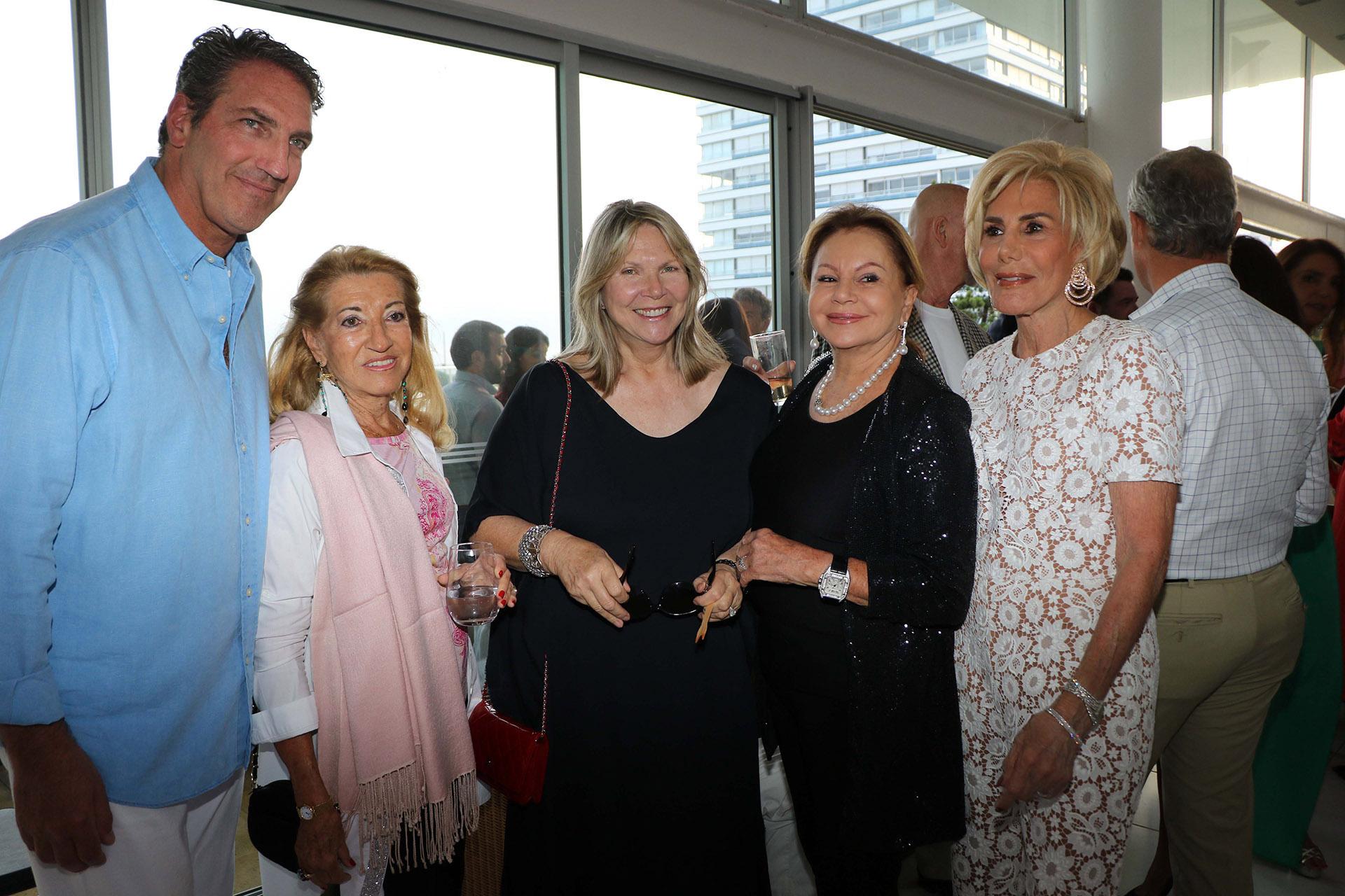 Andrés Szabo junto a Silvia Poorth Bronner, Jacqueline Vik y Ada de Maurier