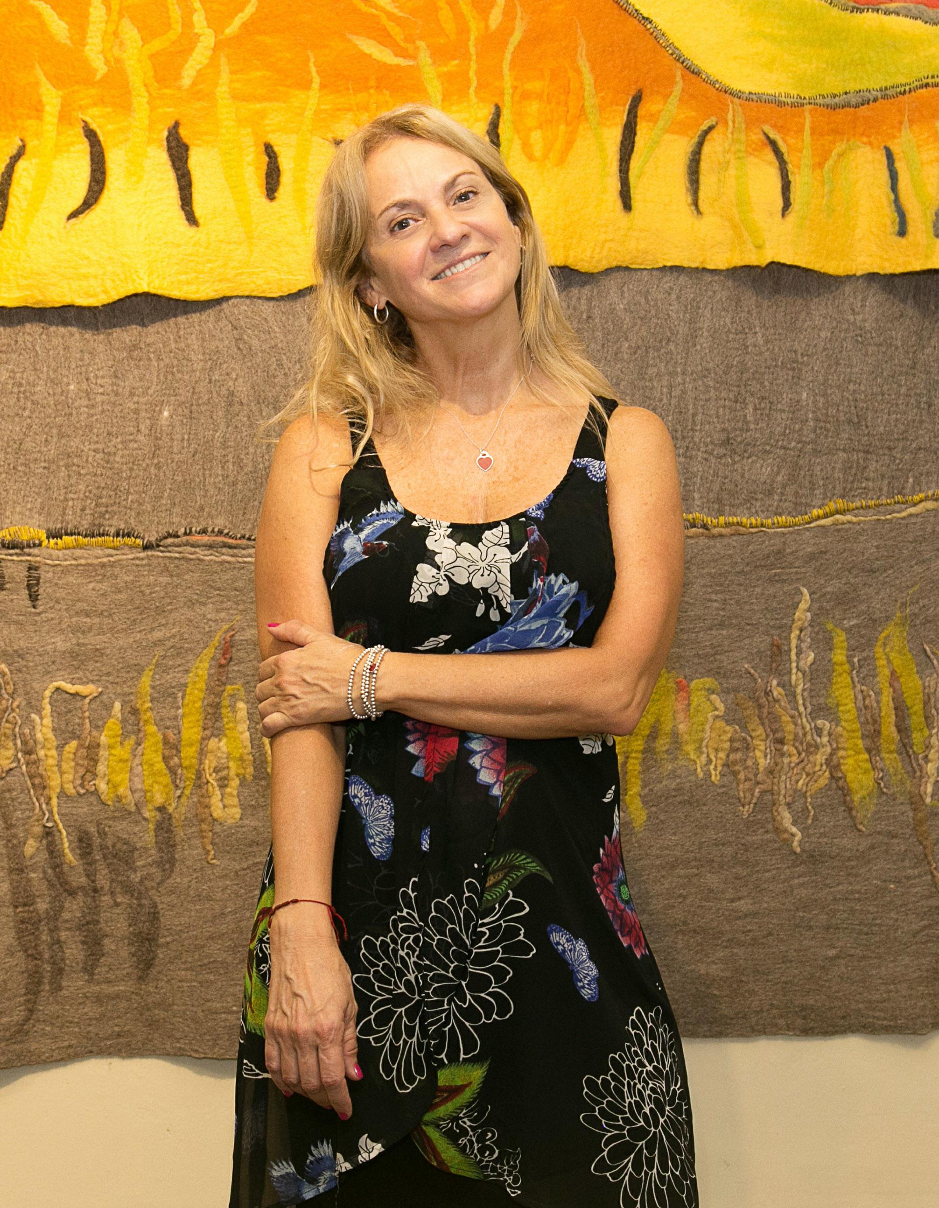 Con la curaduría de Fernanda Akian, Carmela Blanco se adentra en un encuentro interesante de materiales nobles, dialogando con el follaje de las plantas