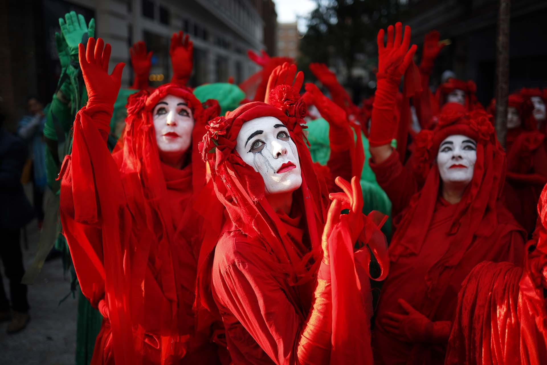 Los manifestantes disfrazados se reúnen en Marble Arch en Londres en una ceremonia de inauguración para conmemorar el comienzo de la Rebelión Internacional el 6 de octubre de 2019, un evento organizado por Extinction Rebellion. (Foto por Tolga Akmen / AFP)