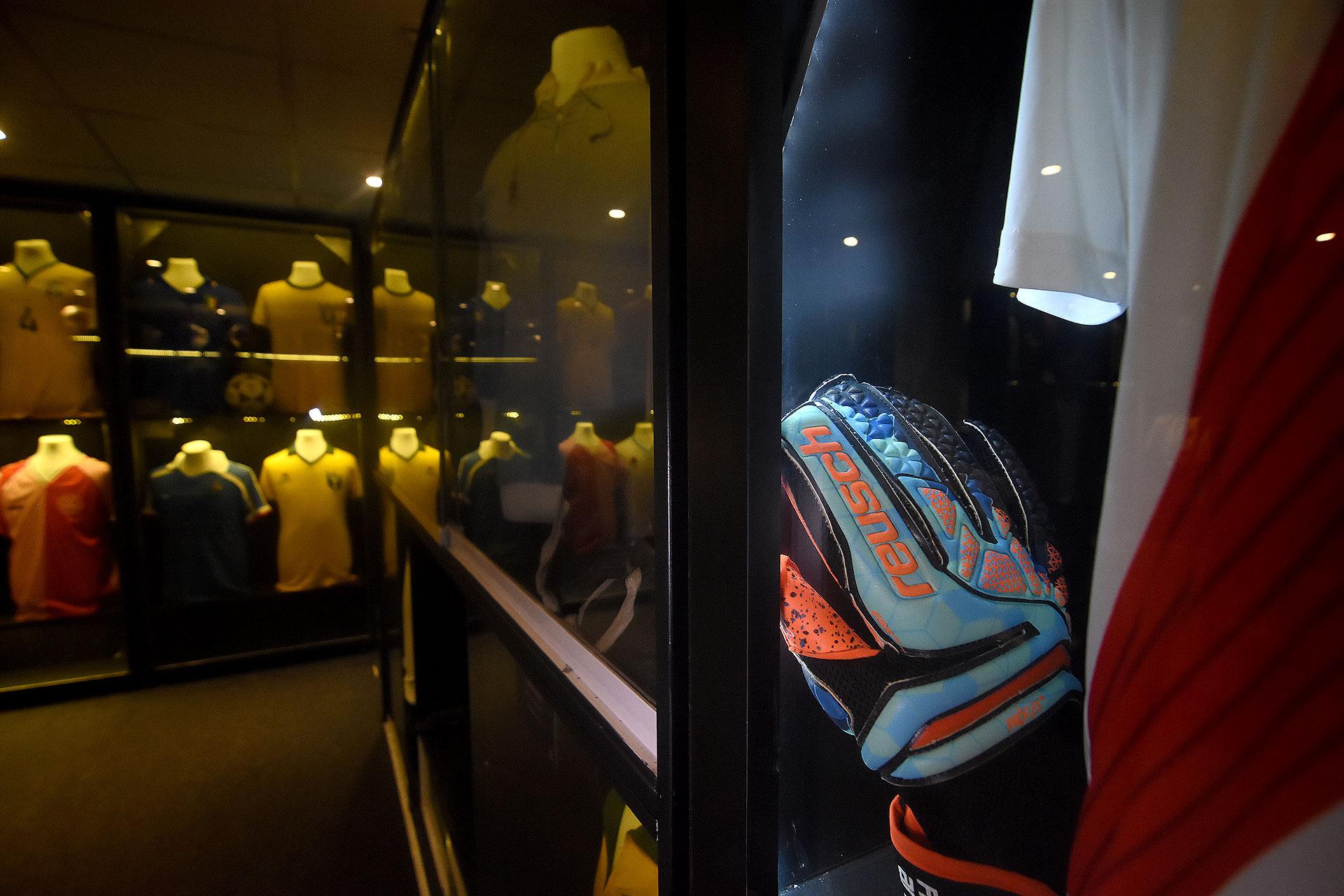 Uno de los pares de guantes que se puso Franco Armani contra Gremio de Brasil durante las semifinales de la Copa Libertadores 2018 (Nicolas Stulberg)