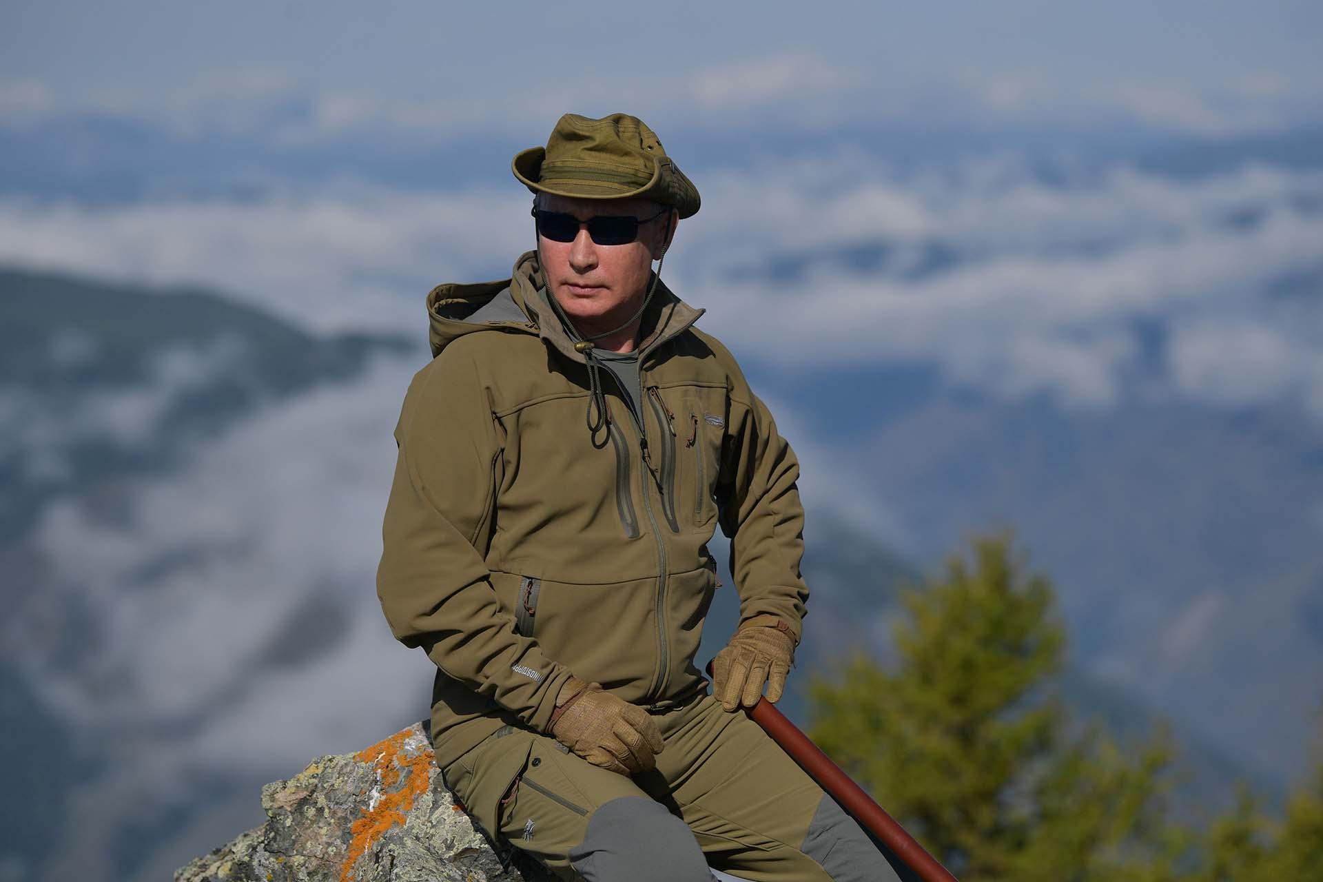 Para esta excursión, Putin tomó el volante de un vehículo todo terreno a través del bosque. Posteriormente, junto al ministro, volaron en helicóptero