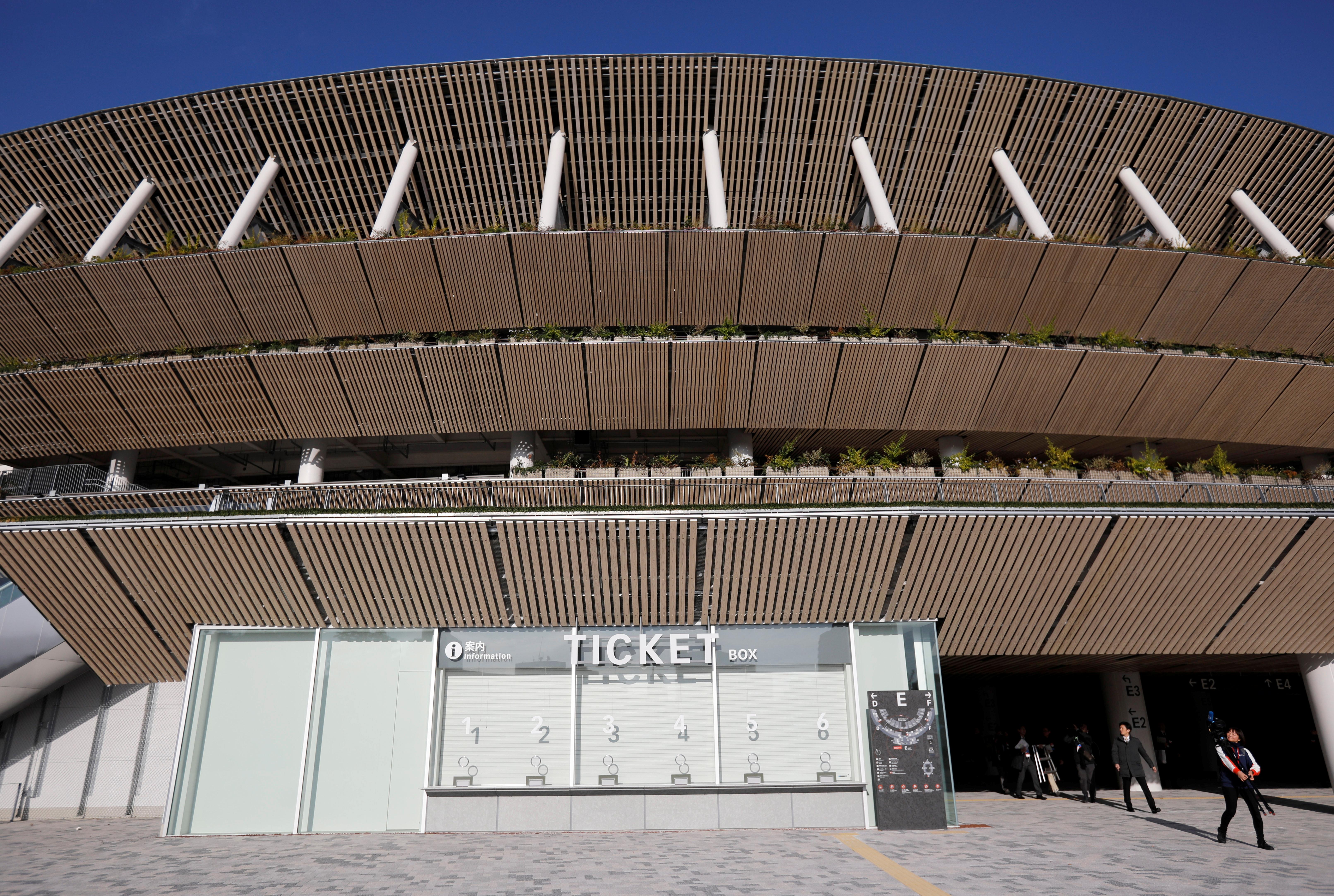 Para la construcción, se demolió el Estadio Nacional de Tokio que había sido inaugurado en 1958 con una capacidad para 57.000 espectadores