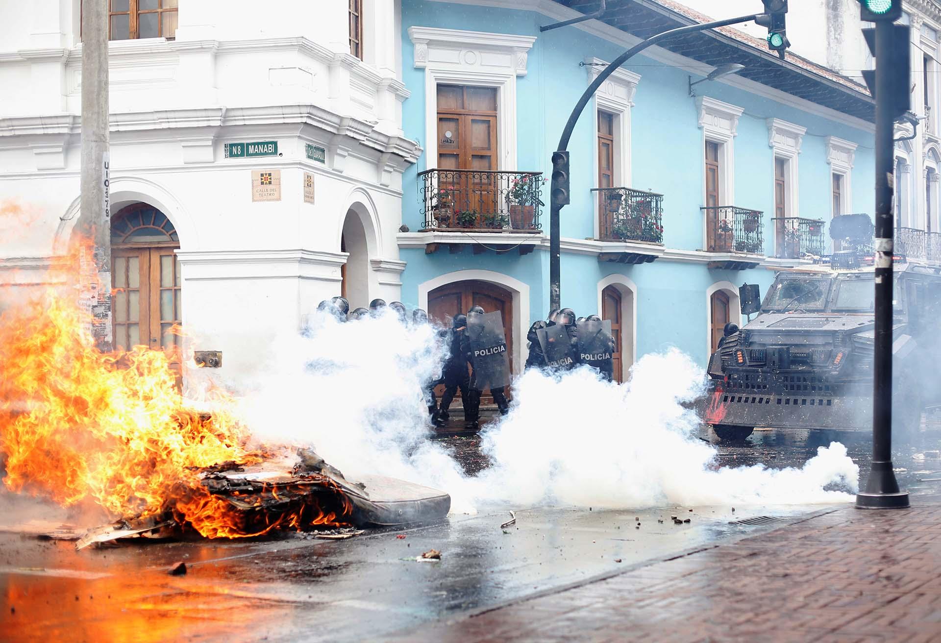 Indígenas y estudiantes universitarios se sumaron a los transportistas para rechazar las medidas anunciadas por el gobierno de Lenín Moreno (REUTERS/Daniel Tapia)