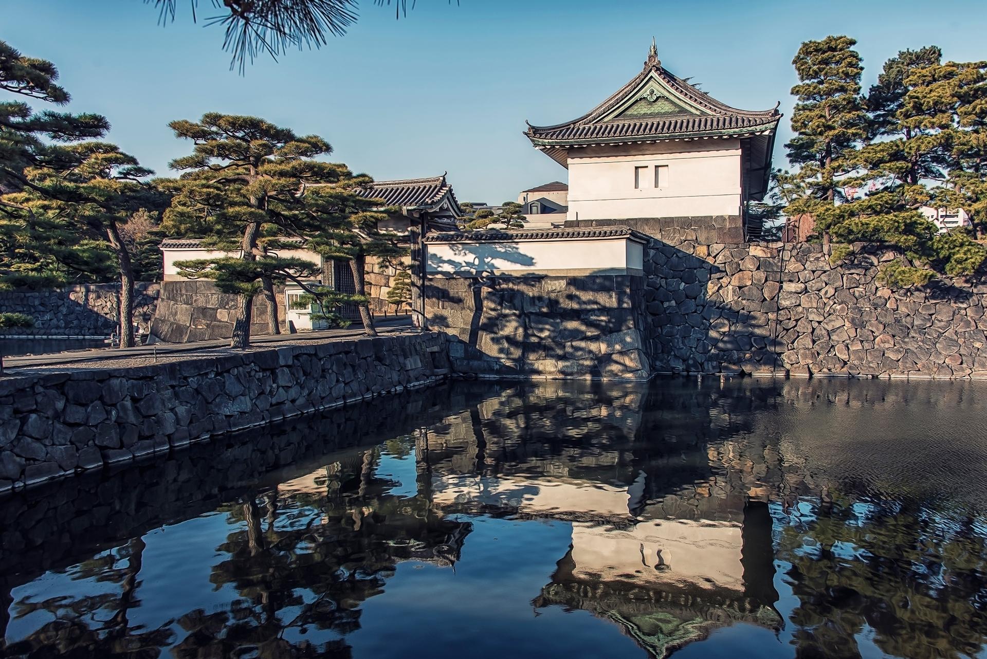 El recinto está protegido por amplios fosos y gruesas murallas y rodeado de jardines cuidados con gran esmero, cuya serenidad y frondosidad suponen un marcado contraste con el acero y el vidrio de los modernos edificios de oficinas del centro de Tokio