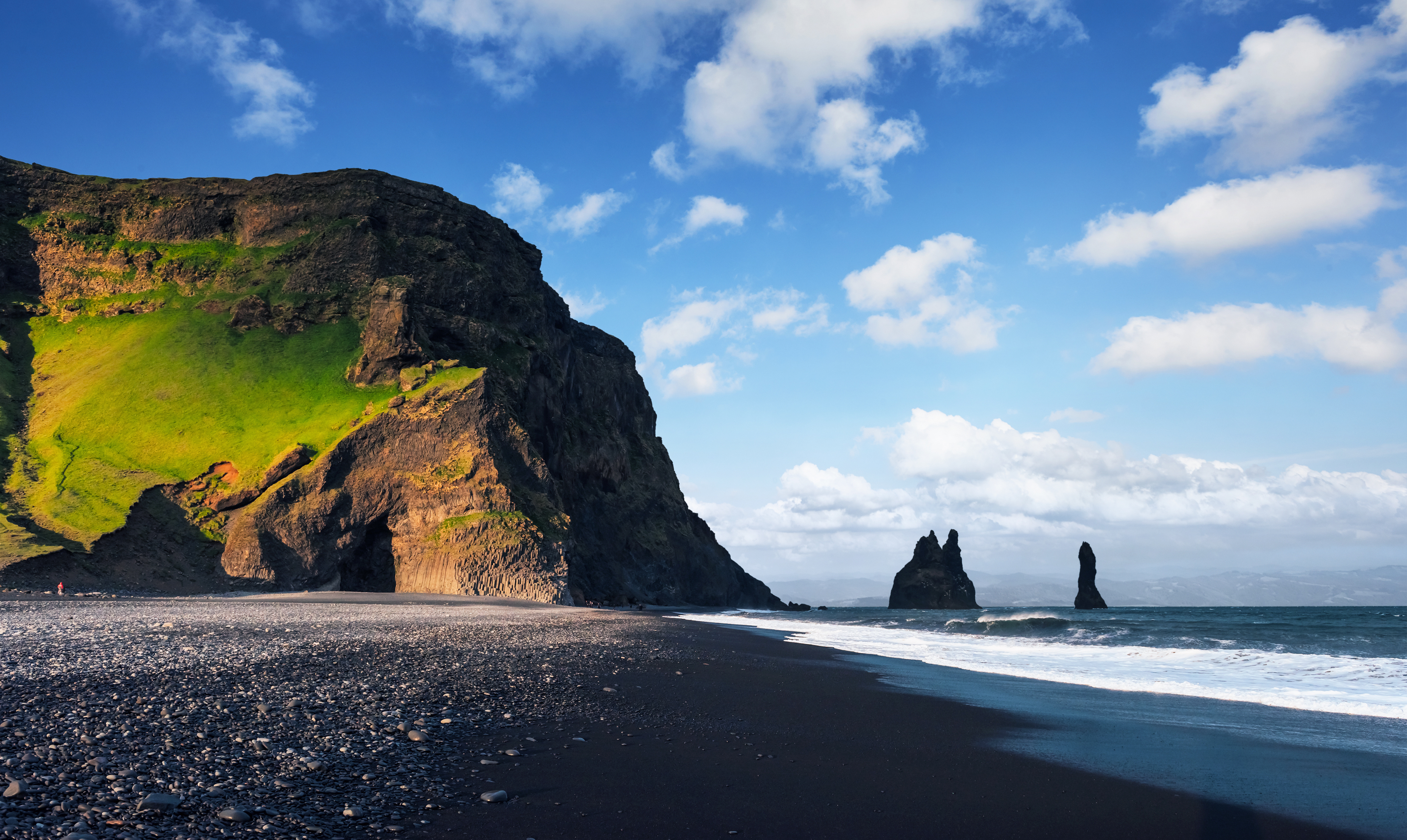 En 1991, National Geographic votó a Reynisfjara como una de las 10 mejores playas no tropicales para visitar en el planeta. Reynisfjara se encuentra a unos 180 kilómetros (112 millas) de la capital de Islandia, Reykjavík , y es una parada popular para aquellos que realizan un recorrido turístico por la popular costa sur