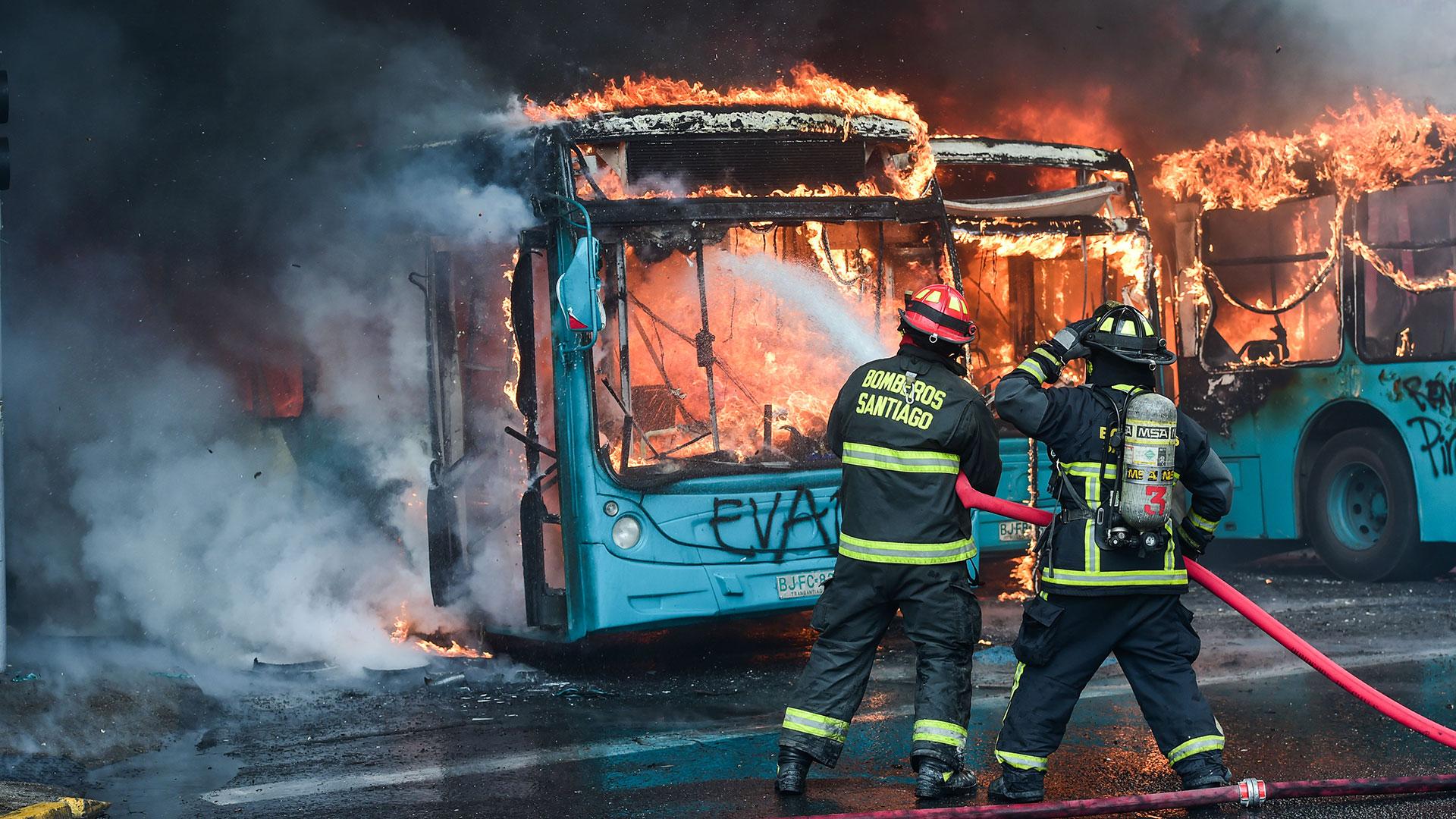 41 de las casi 140 estaciones del Metro de Santiago y 16 autobuses urbanos fueron quemados o siniestrados.