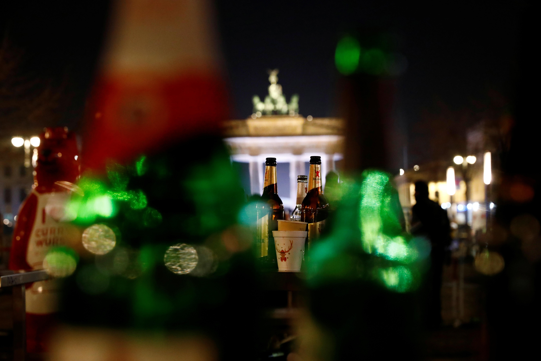 Botellas vacías frente a la Puerta de Brandenburgo en Berlin (REUTERS/Michele Tantussi)