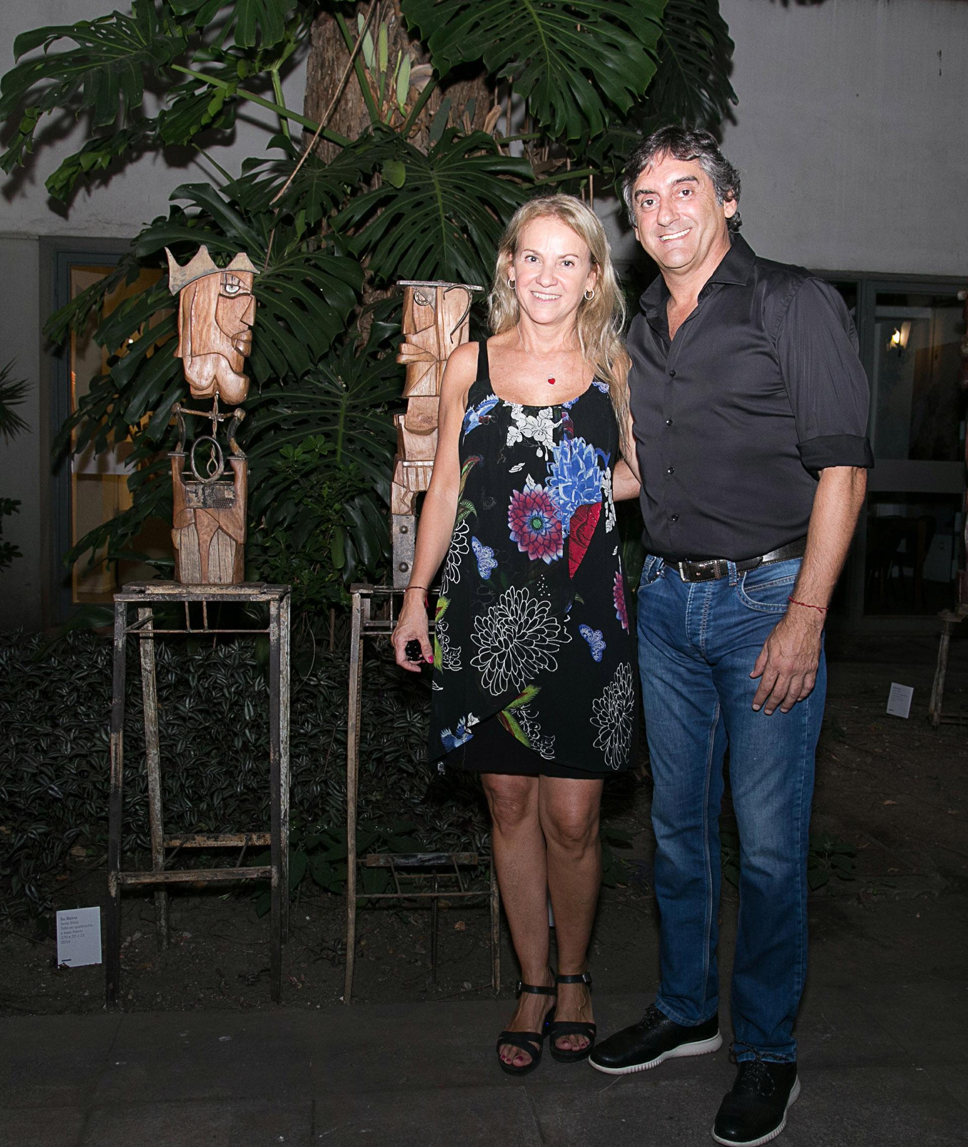 La escultora Carmela Blanco y su pareja, Enzo Francescoli, en la presentación de la muestra