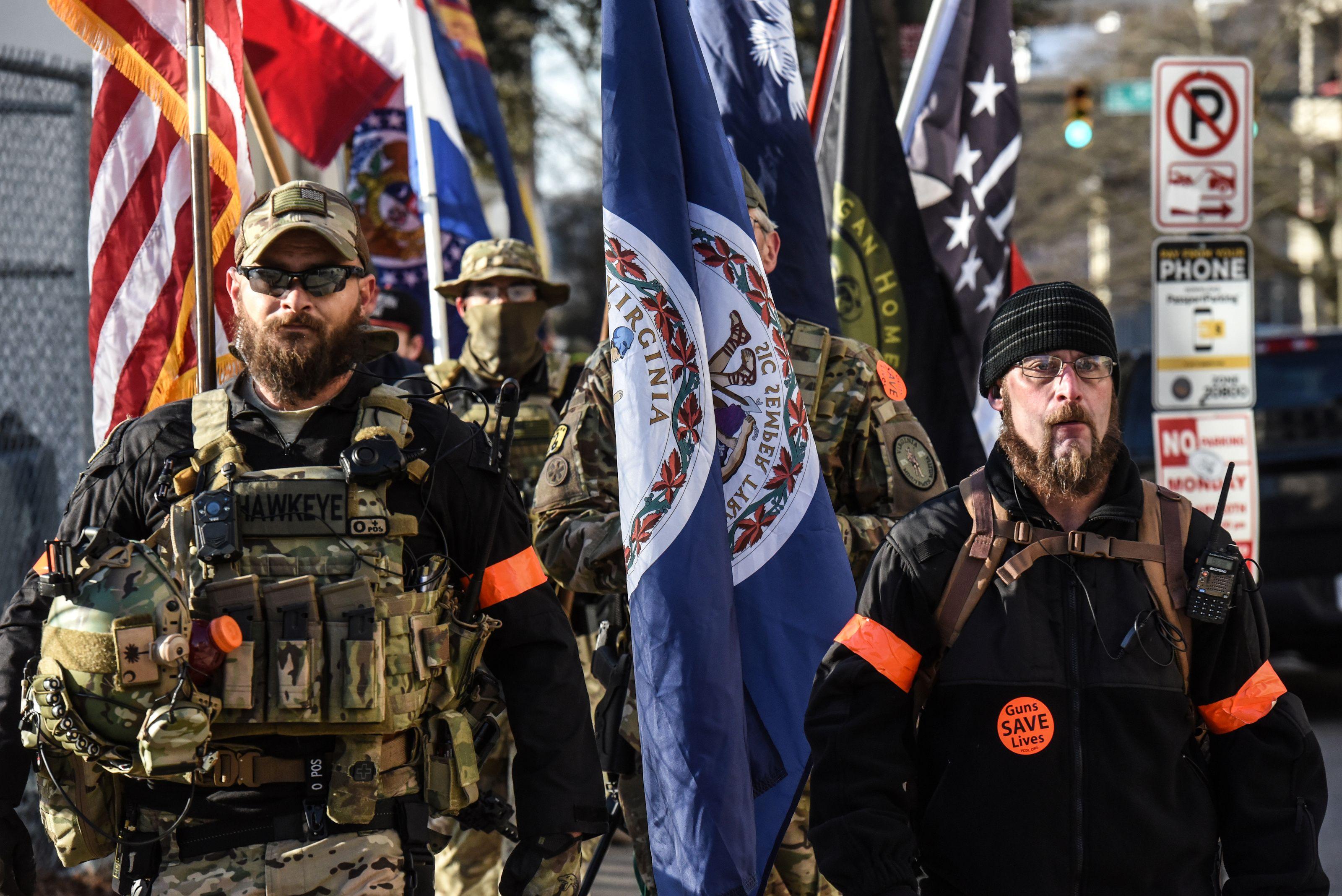 Milicianos posan junto a la bandera del estado de Virginia y la de Estados Unidos (REUTERS/Stephanie Keith)