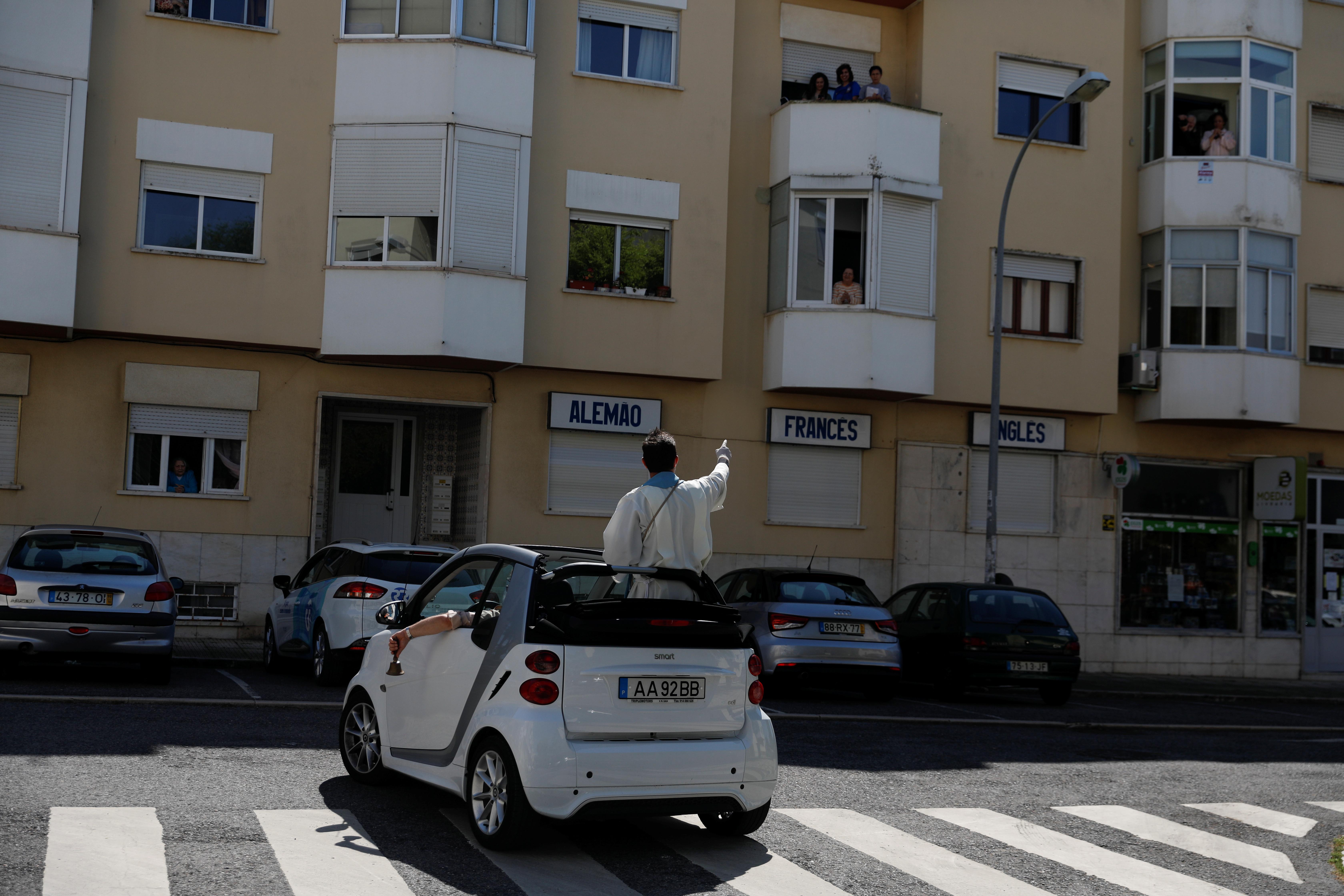 PORTUGAL - El padre Nuno Westwood eligió una particular forma de llegar a los feligreses. Lo hizo desde un pequeño auto concept car en el que fue bendiciendo por las calles a los creyentes