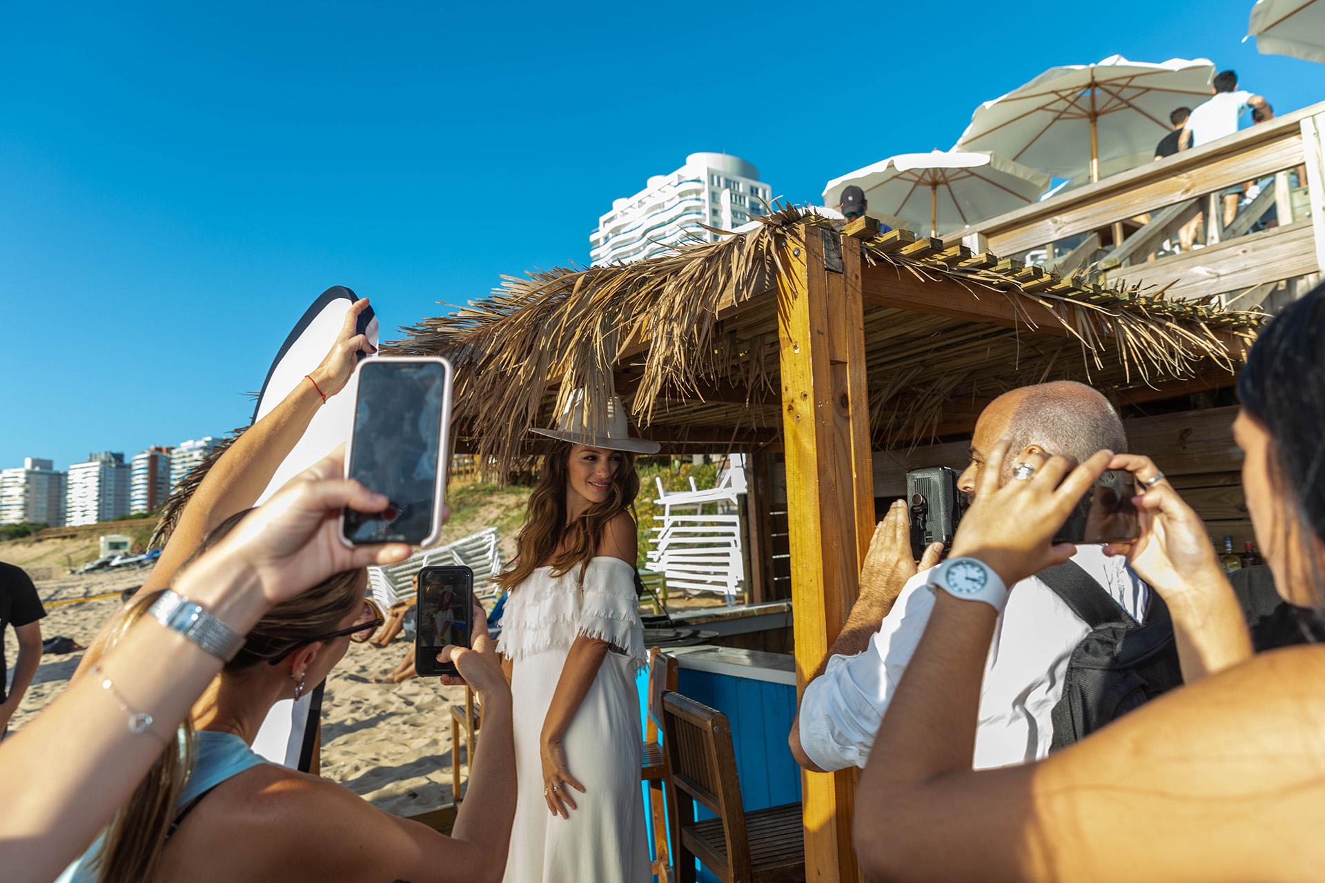 Junto al fotógrafo profesional, se amontonaron un montón de turistas con sus celulares para tratar de retratar a Pampita