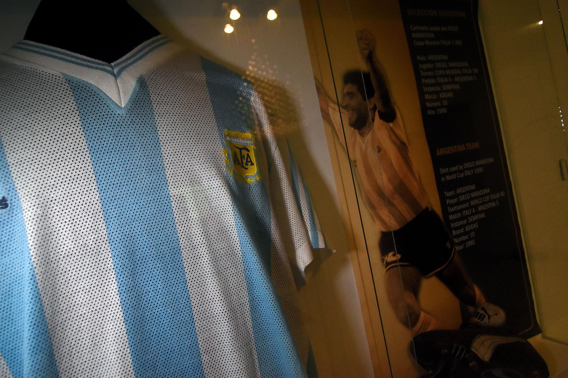 Camiseta y botines Puma de Diego Armando Maradona en el Mundial de Italia 90 (Nicolas Stulberg) (Nicolas Stulberg)