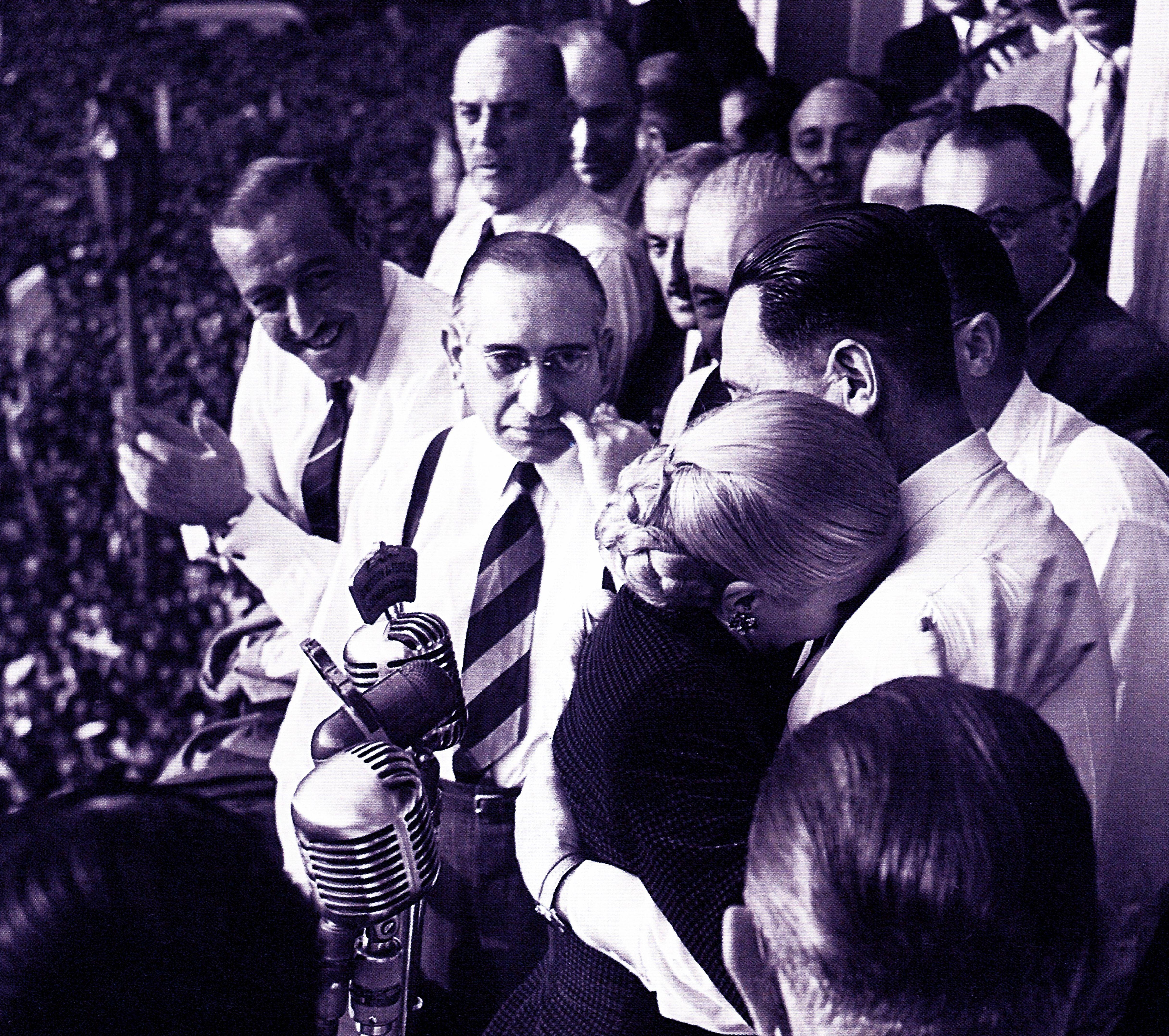 """La biografía """"La razón de mi vida"""" se publica en 1951. Ese mismo año, la CGT la postula como candidata a la vicepresidencia en una fórmula conjunta con el General Perón. No aceptó. En un acto multitudinario, dice una frase célebre: """"Renuncio a los honores pero no a la lucha"""". Las causas son diversas: la reprobación de las fuerzas armadas, su recelo a aceptar cargos oficiales y la evolución de su enfermedad. Por entonces, Evita tenía 32 años (Universal History Archive/Shutterstock)"""