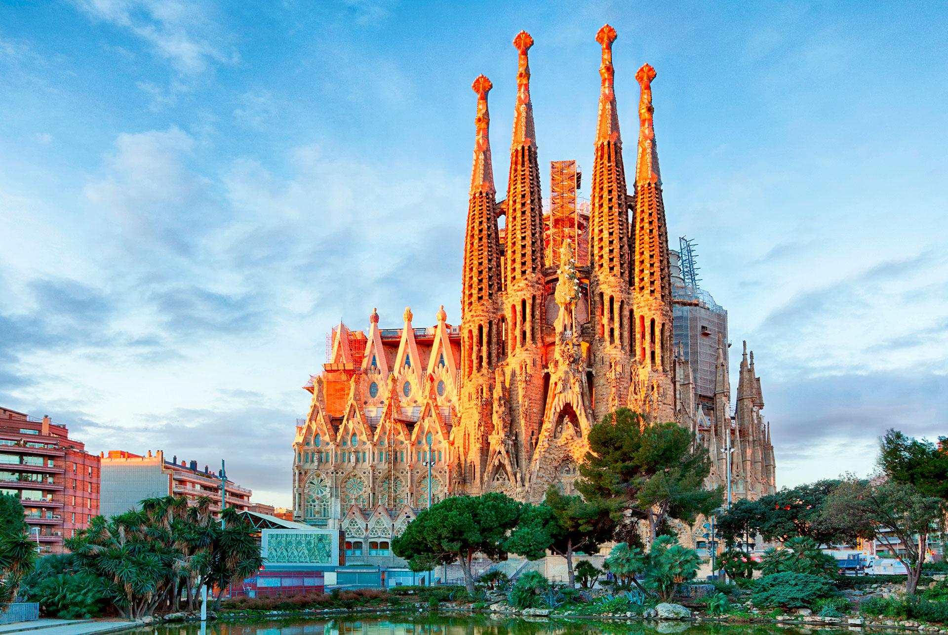 La construcción del templo adornado comenzó en 1882 y aún no está terminada (la fecha de finalización prevista es 2026). Más de 4.5 millones de personas visitan la catedral cada año