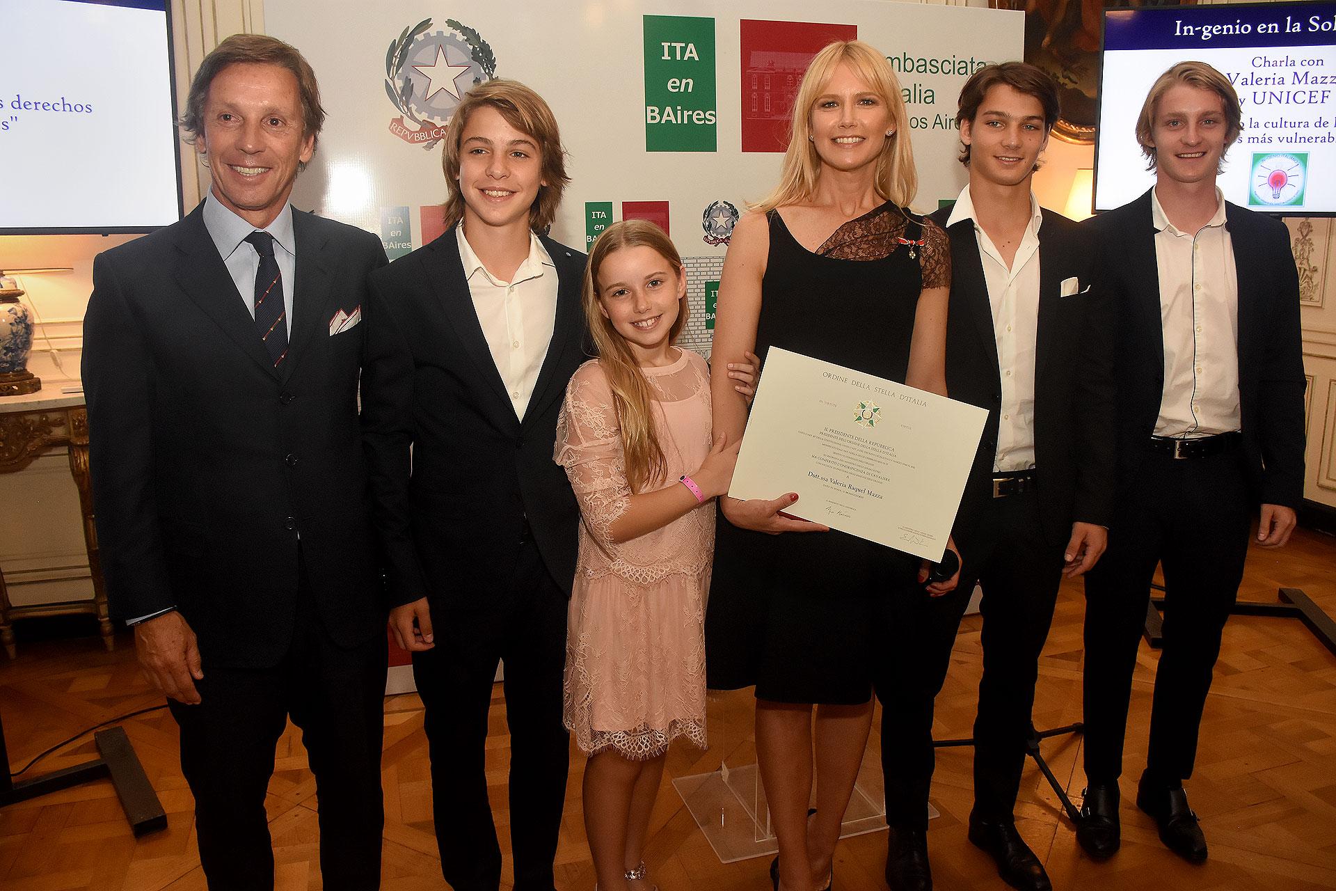 Alejandro Gravier y Valeria Mazza junto a sus hijos: Benicio, Tiziano, Taína y Balthazar