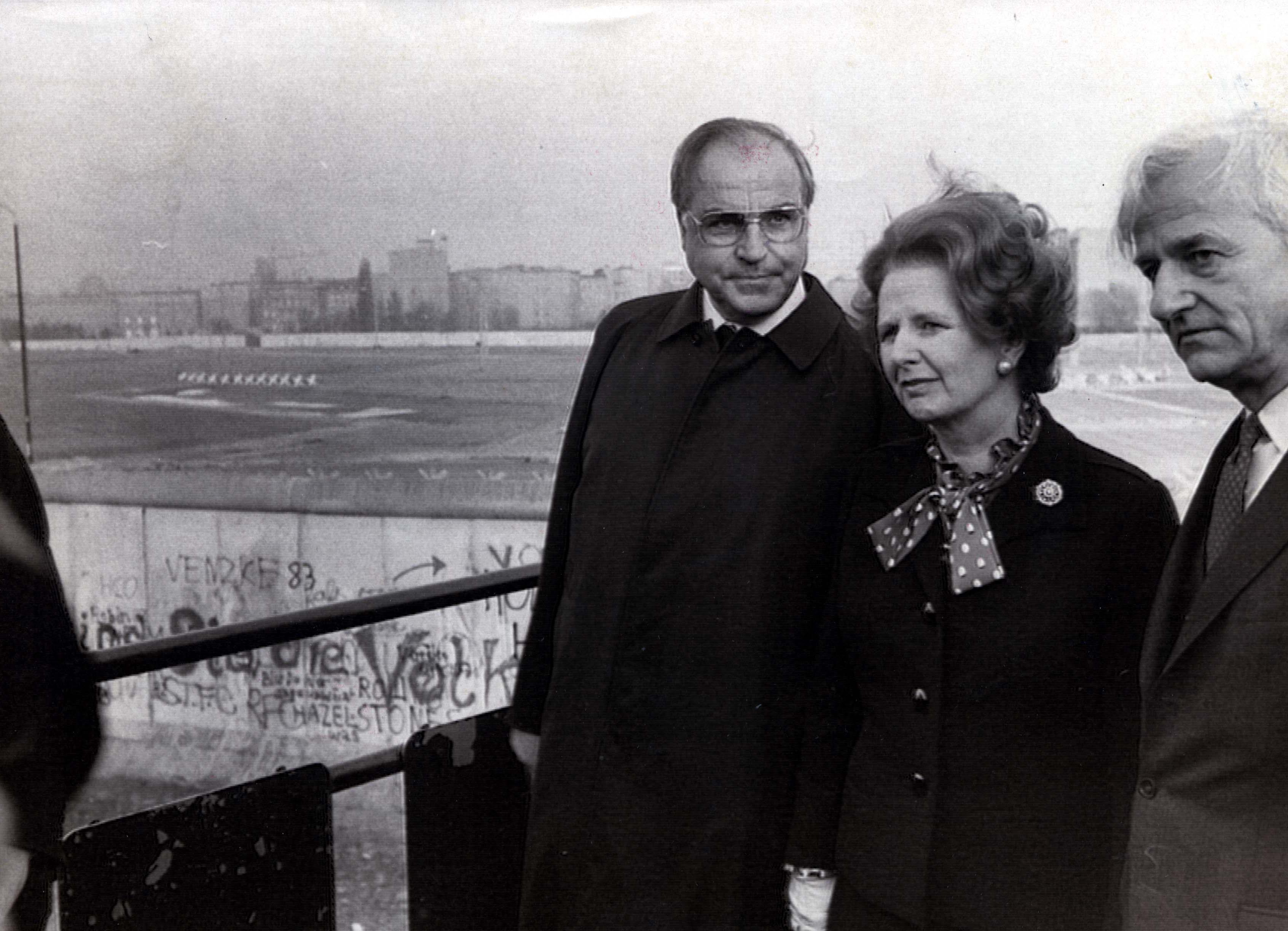 La premier bitánica Margaret Thatcher junto al Muro de Berlín en 1982.